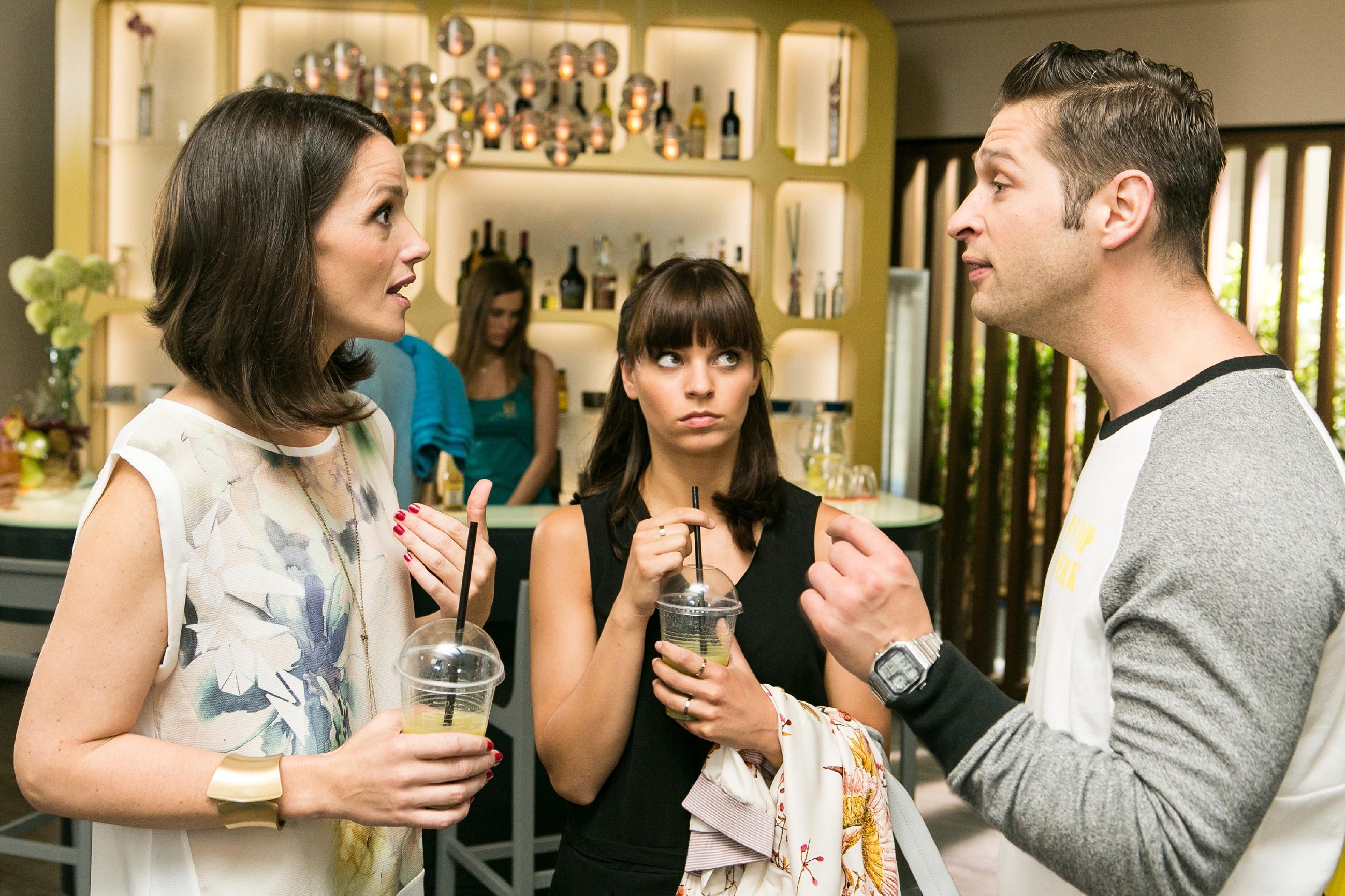 Deniz (Igor Dolgatschew) beschuldigt Jenny (Kaja Schmidt-Tychsen, l.) vor Michelle (Franziska Benz), für Ivas Unfall mit dem defekten Fahrrad verantwortlich zu sein. (Quelle: RTL / Kai Schulz)