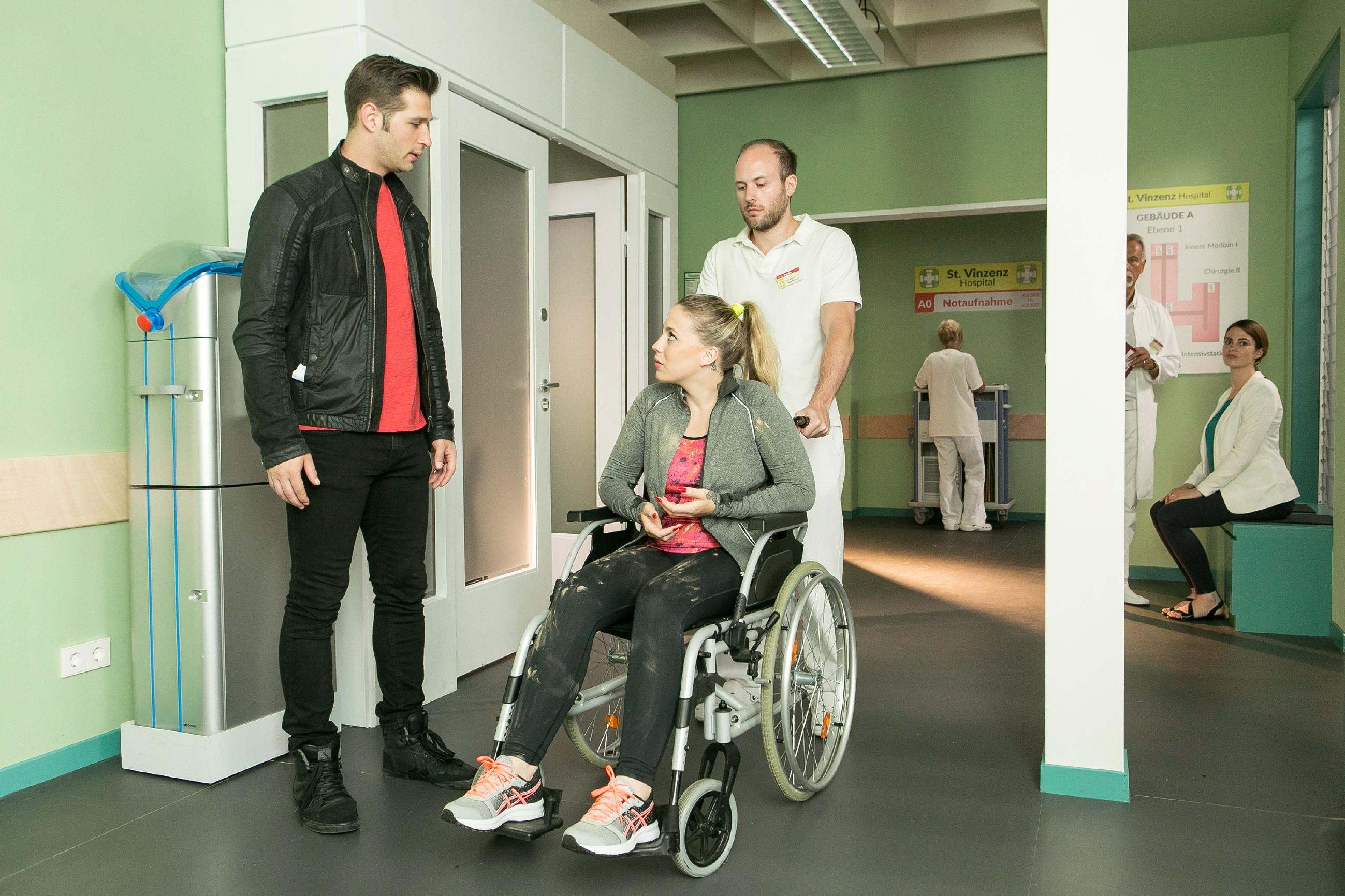 Erschrocken erfährt Deniz (Igor Dolgatschew, l.), dass Iva (Christina Klein) einen Unfall mit einem seiner Bikes hatte. (Quelle: RTL / Kai Schulz)