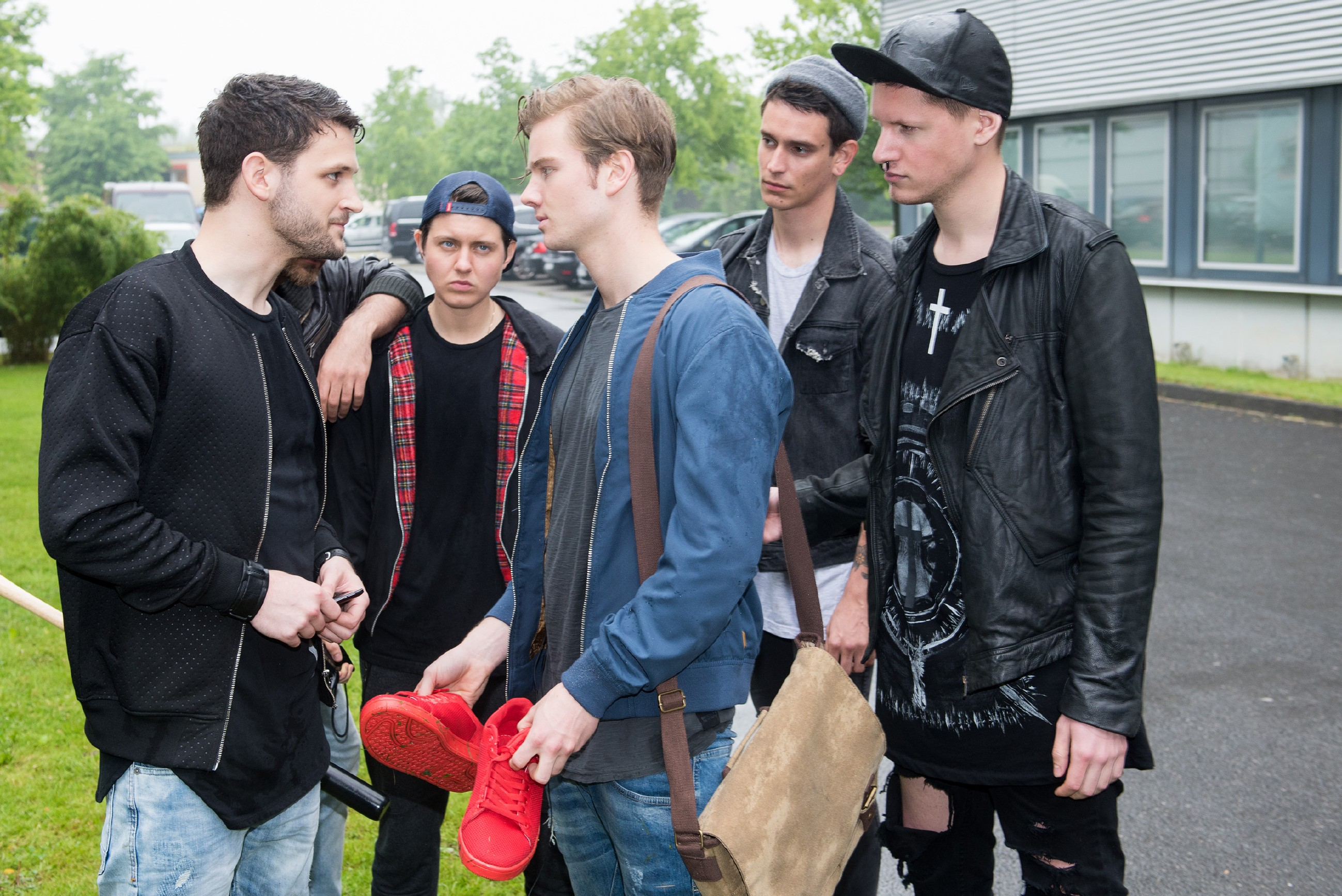 Valentin (Aaron Koszuta, M.) wurde von Mario (Arne Rudolf, l.) und dessen Gang (Komparsen) auf demütigende Weise abgezogen. (Foto: RTL / Stefan Behrens)
