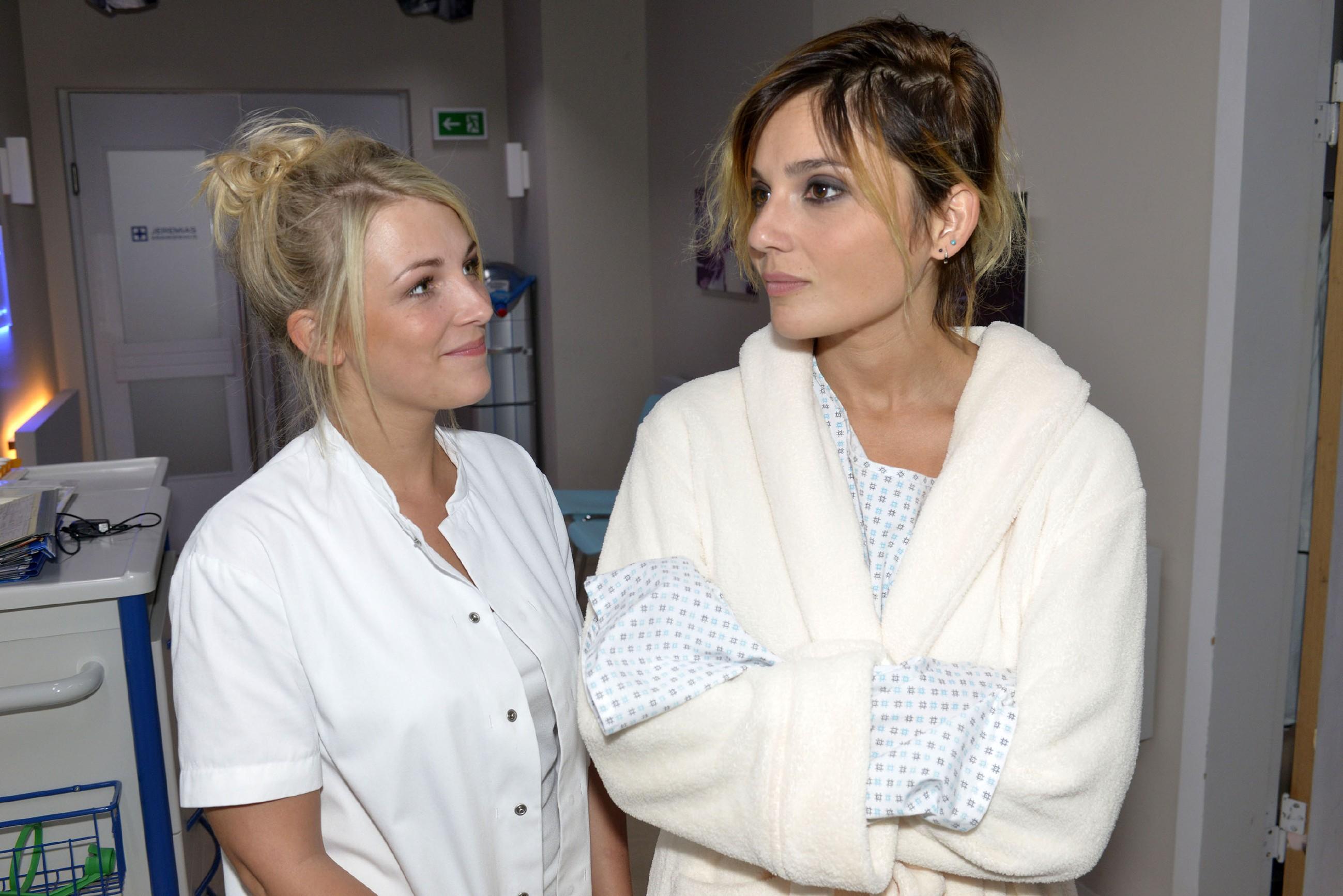 Lilly (Iris Mareike Steen, l.) und Anni (Linda Marlen Runge) beginnen sich zu fragen, ob Rosa vielleicht auf Frauen steht. (Quelle: RTL / Rolf Baumgartner)