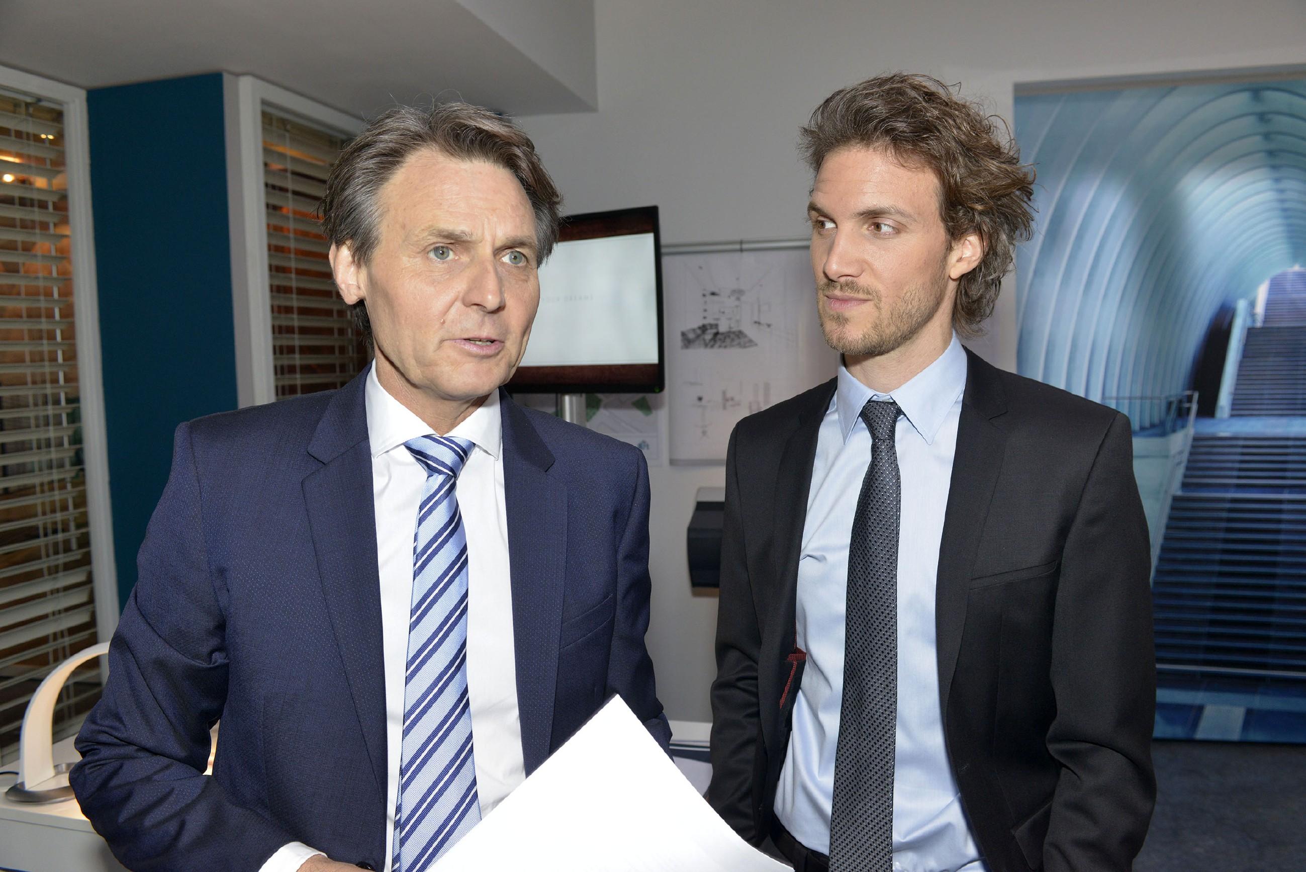 Felix (Thaddäus Meilinger, r.) versucht alles, um Sunnys Fehler vor Gerner (Wolfgang Bahro) zu verheimlichen. (Quelle: RTL / Rolf Baumgartner)
