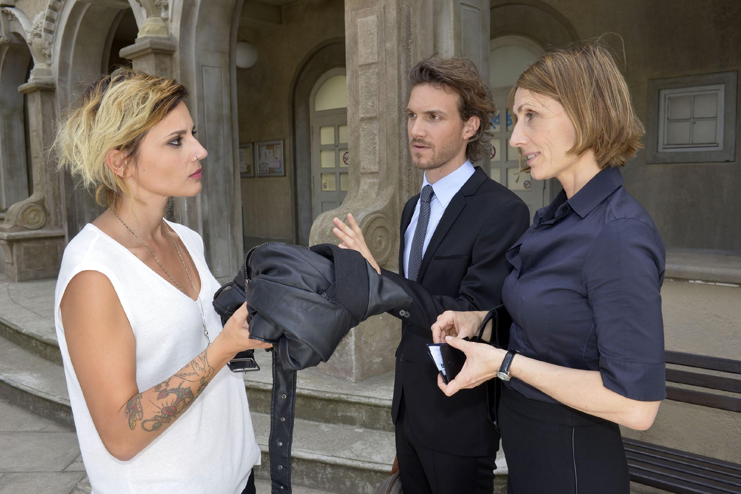 Anni (Linda Marlen Runge, l.) fühlt sich von Felix (Thaddäus Meilinger) und Rosa (Joana Schümer) ziemlich herablassend behandelt. (Quelle: RTL / Rolf Baumgartner)