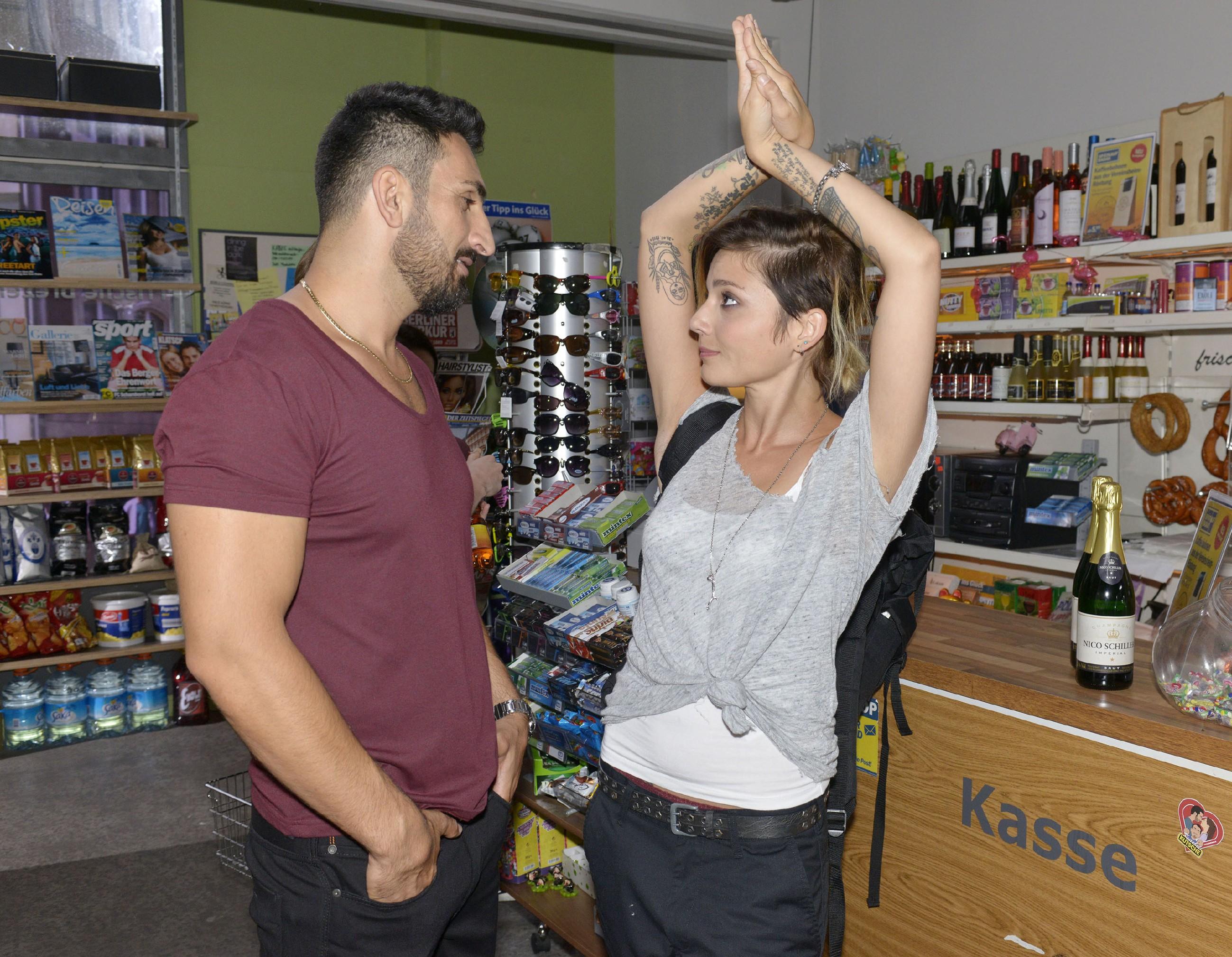 Schafft es Mesut (Mustafa Alin) wirklich, Anni (Linda Marlen Runge) weiterhin seine Beziehung zu Maja zu verheimlichen? (Quelle: RTL / Rolf Baumgartner)