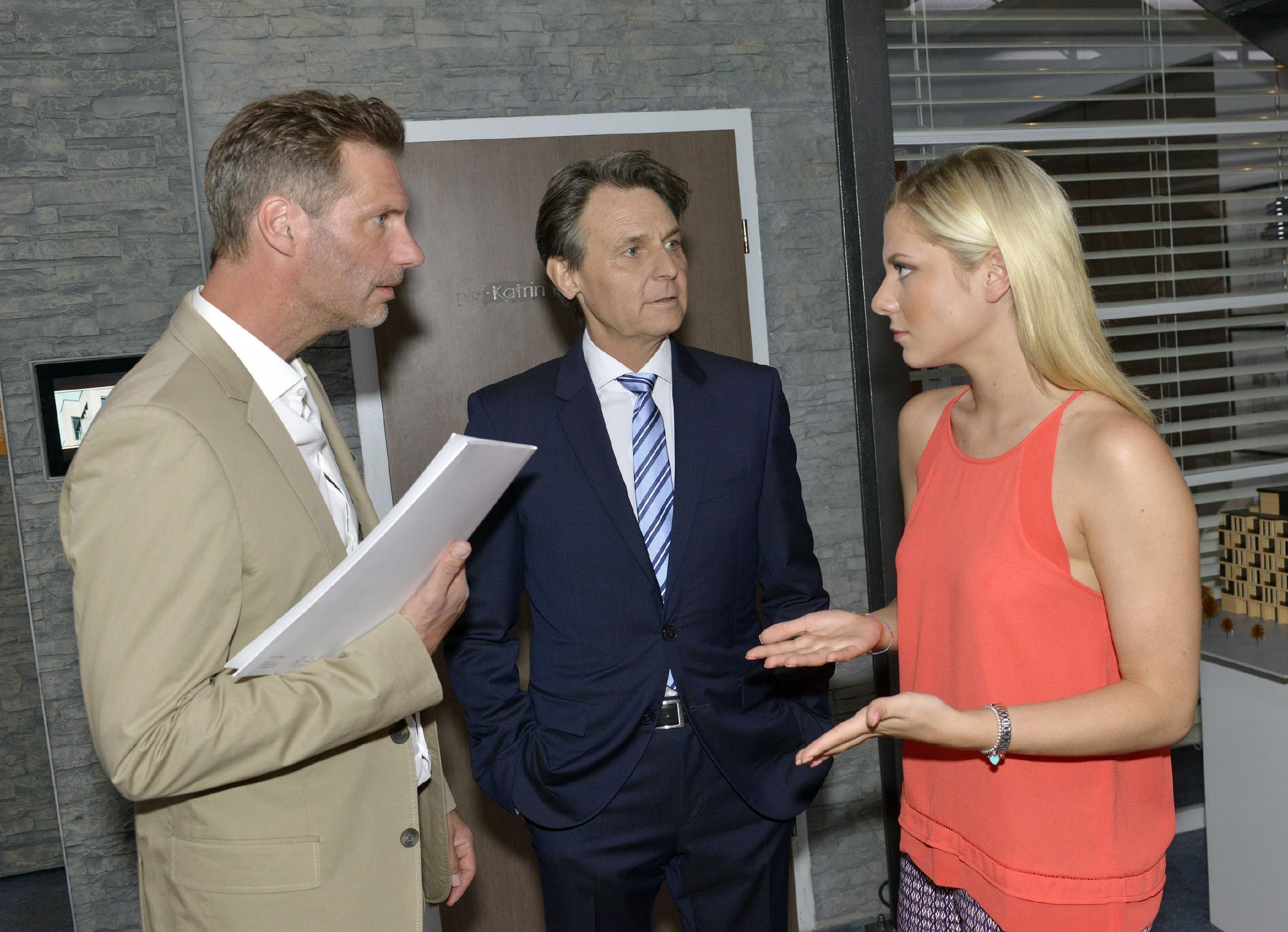 Sunny (Valentina Pahde) erklärt Alexander (Clemens Löhr, l.) und Gerner (Wolfgang Bahro), dass sie in der Firma mehr Verantwortung übernehmen möchte. (Quelle: RTL / Rolf Baumgartner)