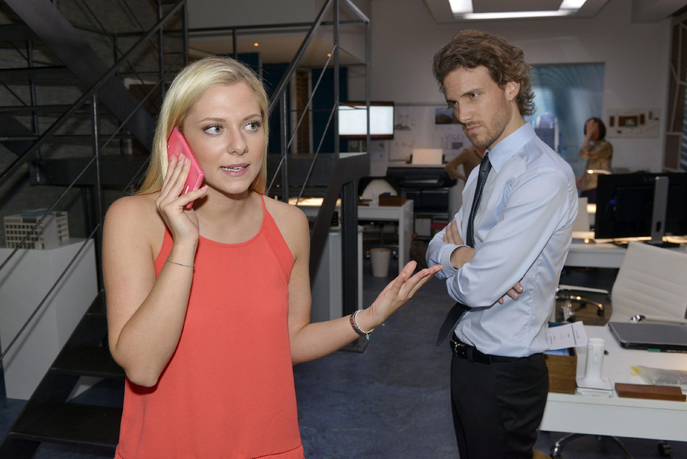 Felix (Thaddäus Meilinger) registriert, dass Sunny (Valentina Pahde) offenbar Probleme mit einem Geschäftspartner hat. (Quelle: RTL / Rolf Baumgartner)
