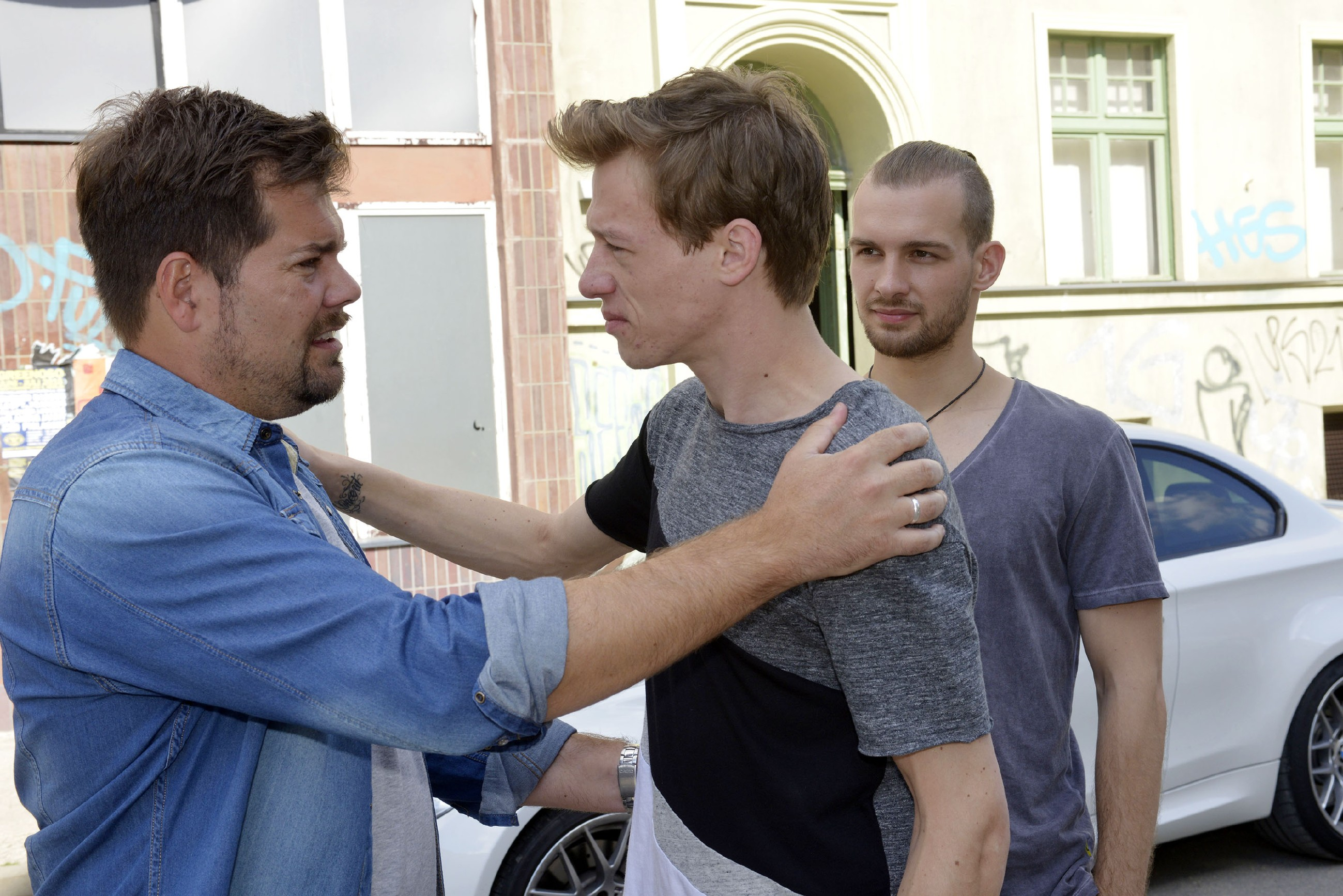 Vince (Vincent Krüger, M.) geht nach L.A. und verabschiedet sich von Leon (Daniel Fehlow, l.) und Chris (Eric Stehfest). (Quelle: RTL / Rolf Baumgartner)