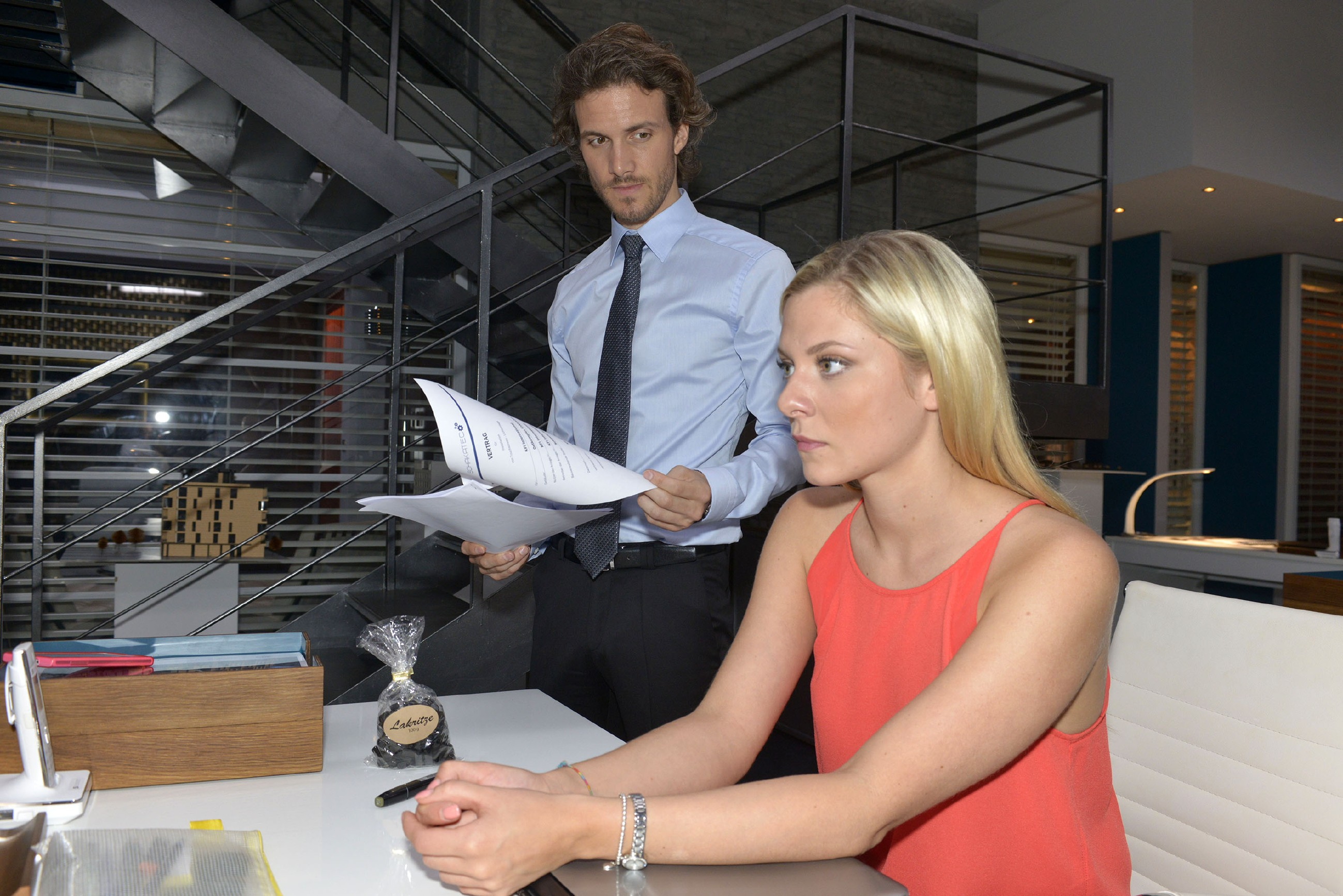 Als Sunny (Valentina Pahde) feststellt, dass ihr im Job ein folgenschwerer Fehler unterlaufen ist, bietet Felix (Thaddäus Meilinger) ihr seine Hilfe an. (Quelle: RTL / Rolf Baumgartner)
