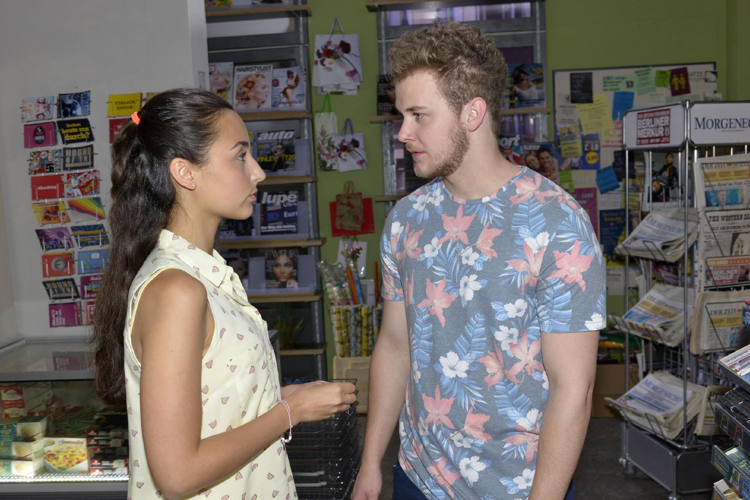 Jonas (Felix van Deventer) ist geschockt, als Selma (Rona Özkan) ihn mit ihrer Entscheidung konfrontiert... (RTL / Rolf Baumgartner)