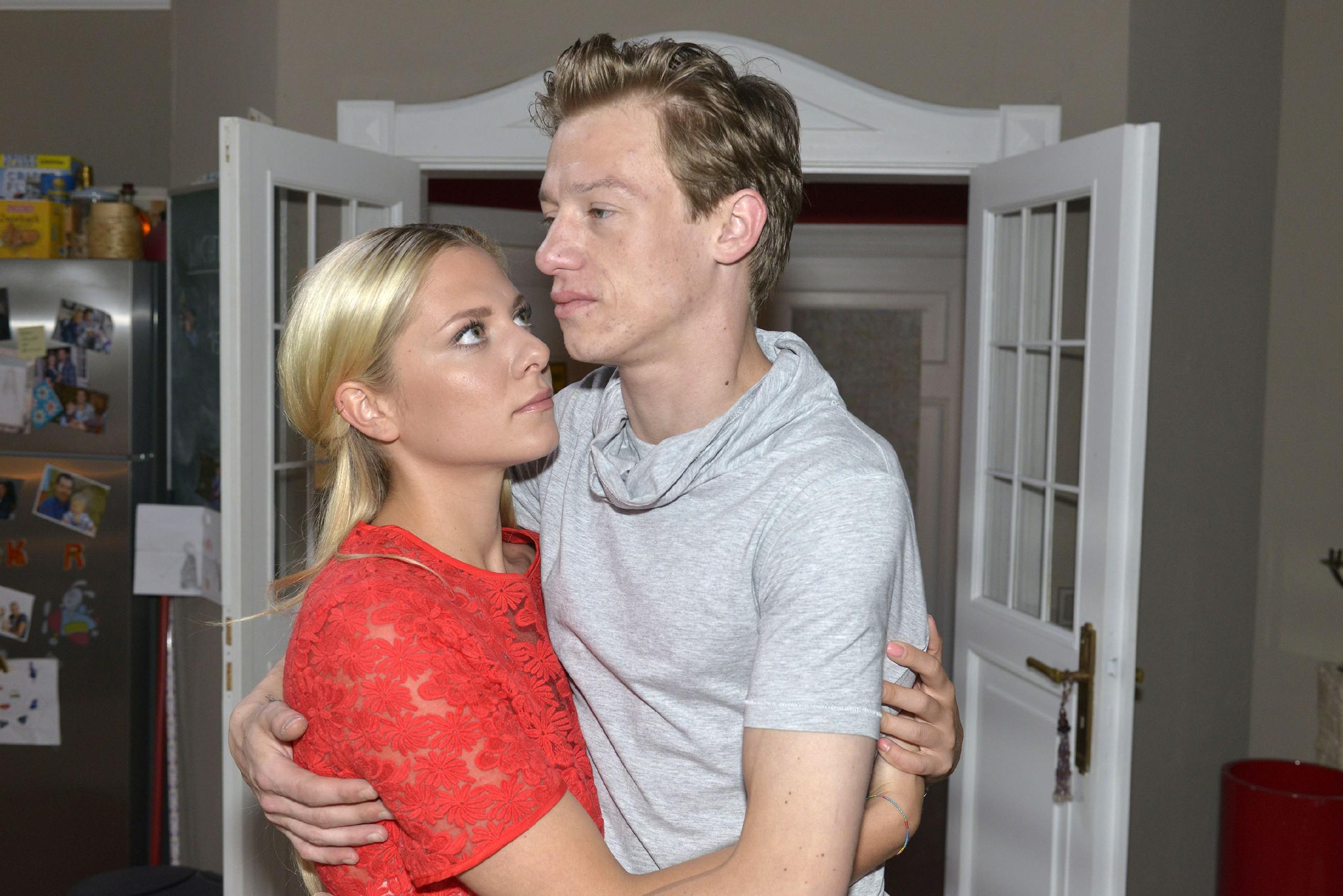Vince (Vincent Krüger) und Sunny (Valentina Pahde) wollen als Freunde auseinandergehen. (RTL / Rolf Baumgartner)