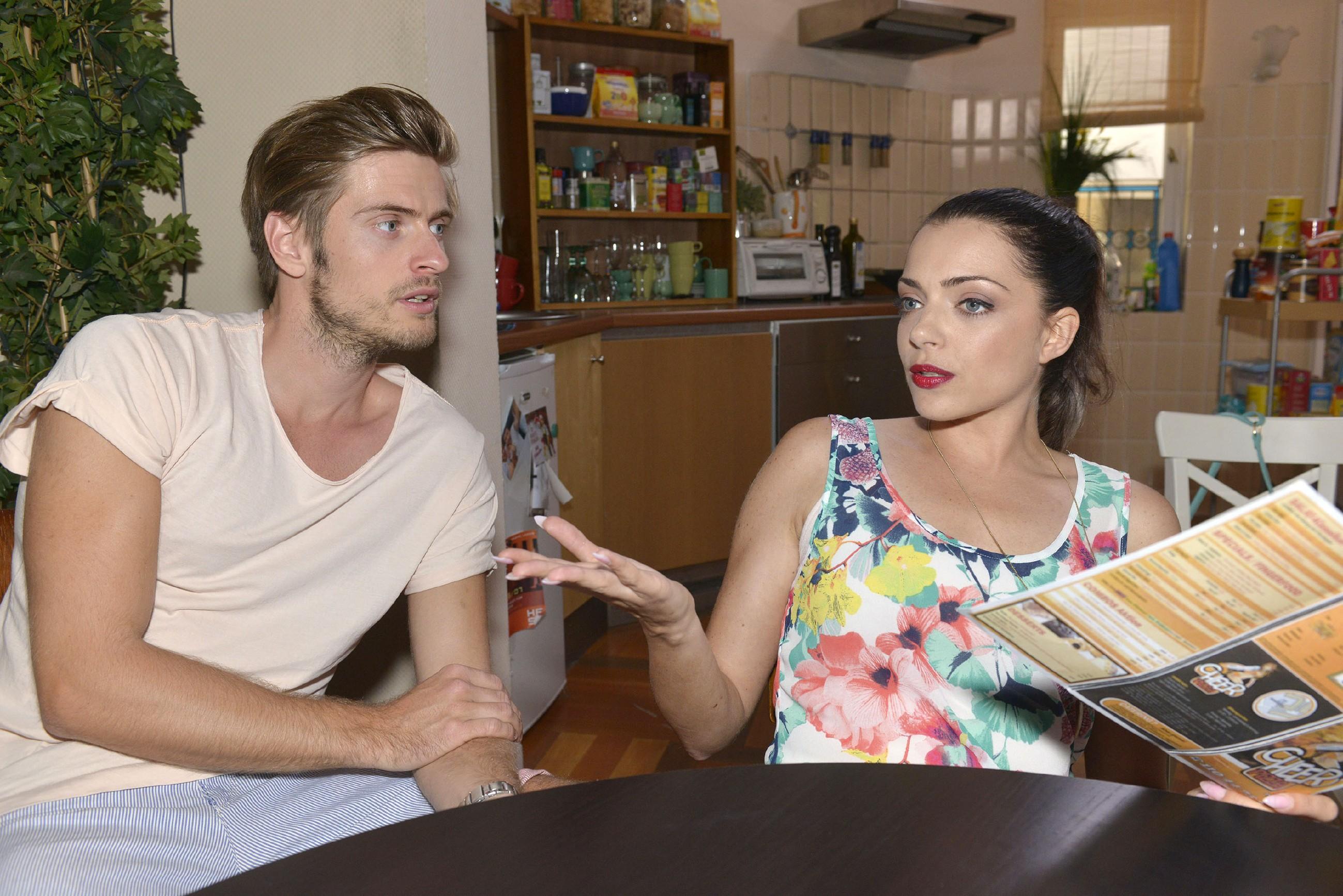 Philip (Jörn Schlönvoigt) und Emily (Anne Menden) wollen nach Robertos Weggang endlich wieder zum Alltag übergehen. (RTL / Rolf Baumgartner)