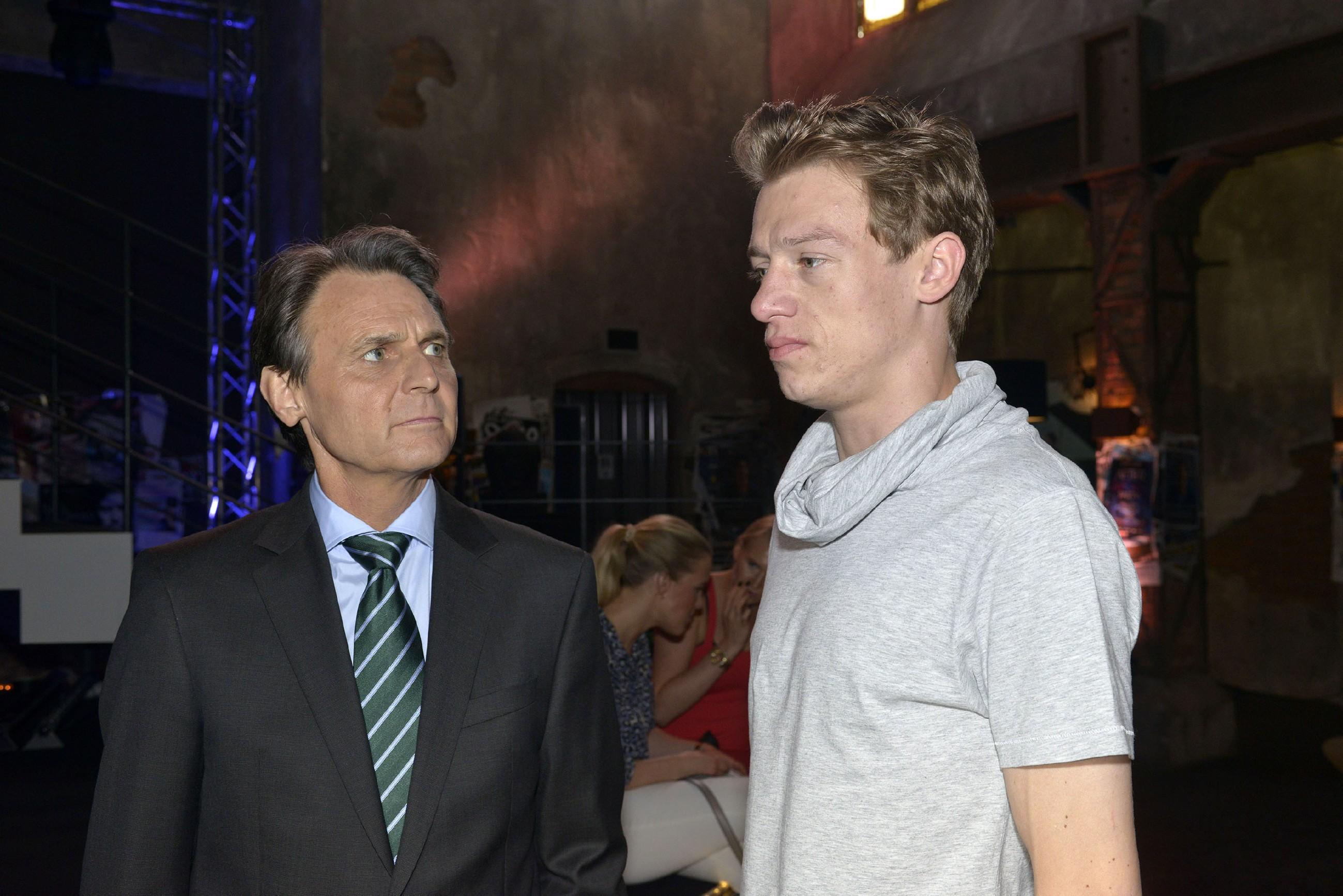 Gerner (Wolfgang Bahro, l.) wäre es lieber, wenn Vince (Vincent Krüger) sich von Sunny fernhalten würde. (RTL / Rolf Baumgartner)
