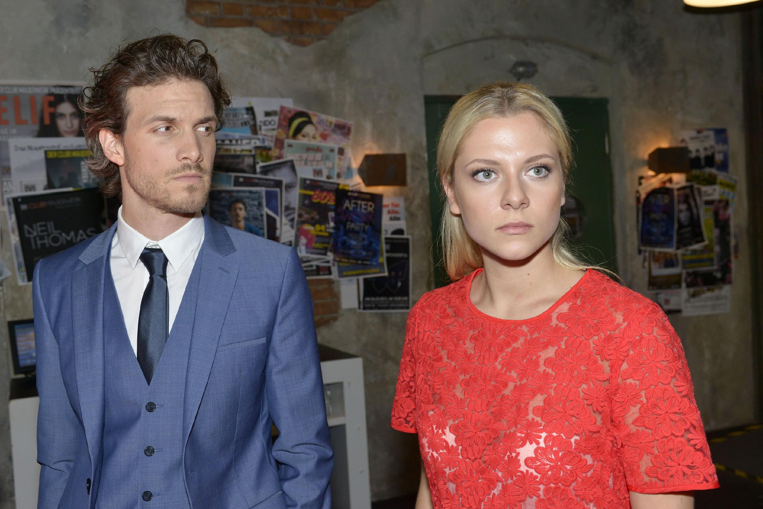 Felix (Thaddäus Meilinger) erkennt, wie Vince' Auftauchen Sunny (Valentina Pahde) verunsichert. (RTL / Rolf Baumgartner)