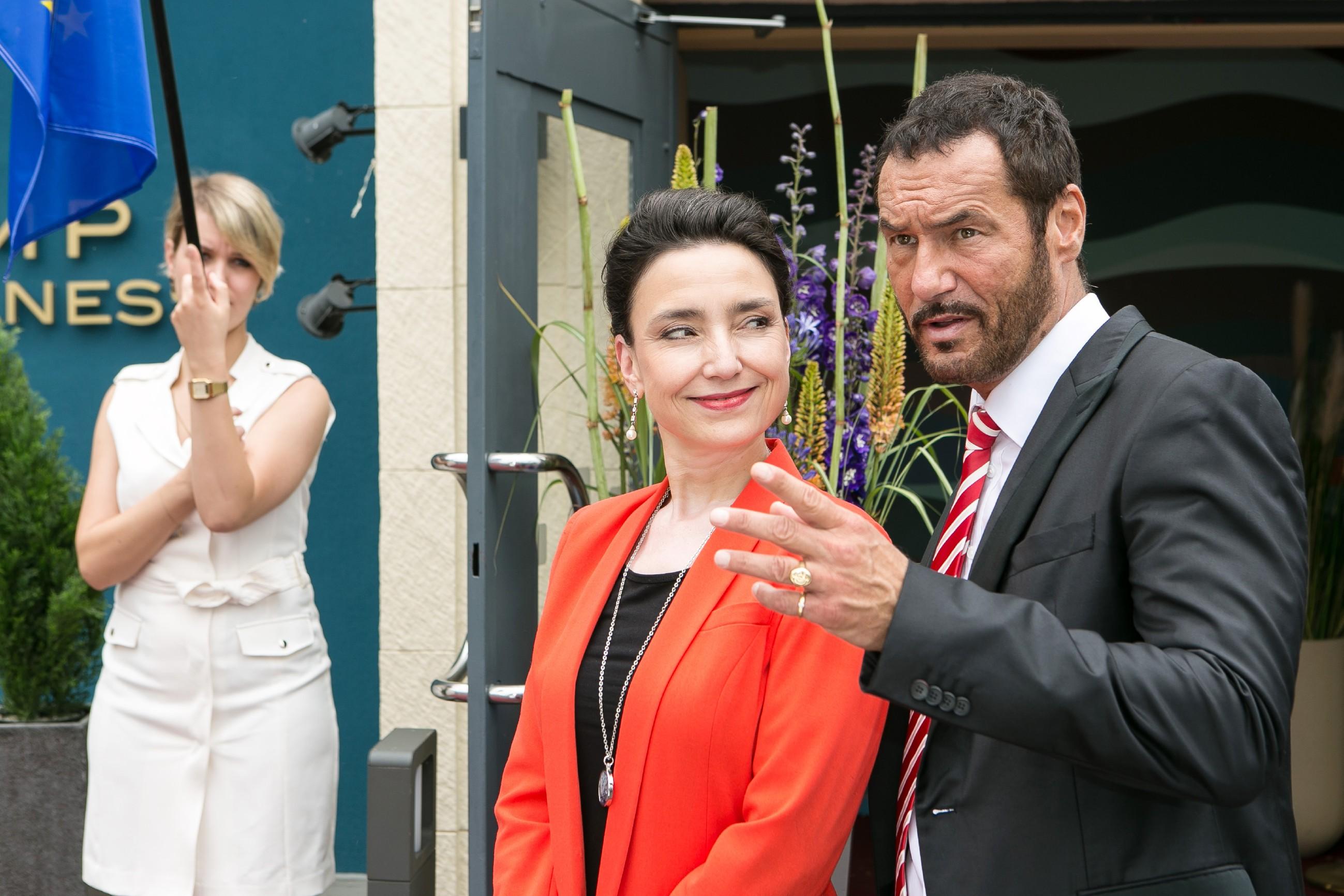 Simone (Tatjana Clasing, M.) und Richard (Silvan-Pierre Leirich) erwarten vor dem Steinkamp-Zentrum die Gäste der großen Eis-Gala. (Quelle: RTL / Kai Schulz)