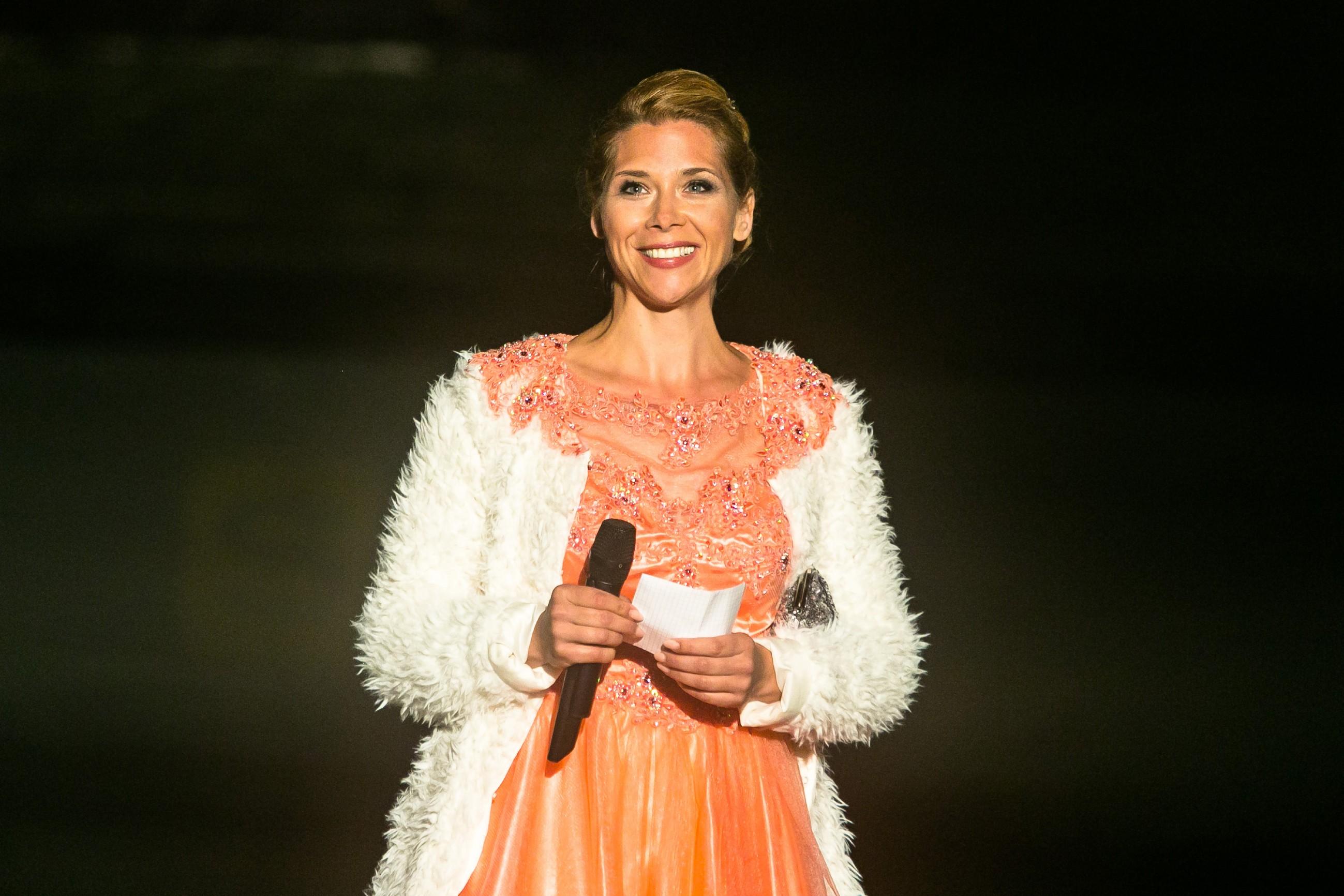 Diana (Tanja Szewczenko) eröffnet als EM-Botschafterin die Eis-Gala.