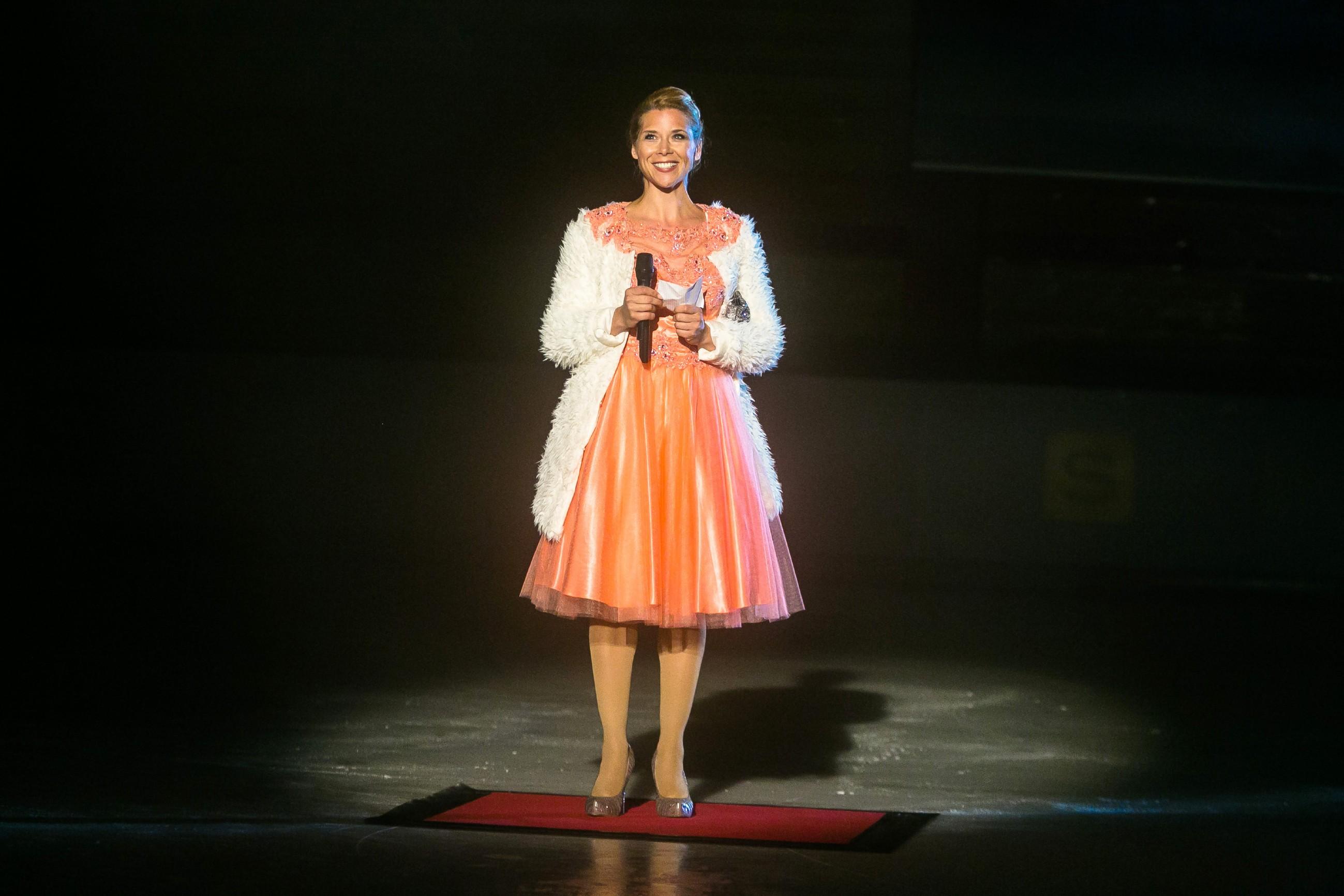 Diana (Tanja Szewczenko) eröffnet als EM-Botschafterin die Eis-Gala. (Quelle: RTL / Kai Schulz)
