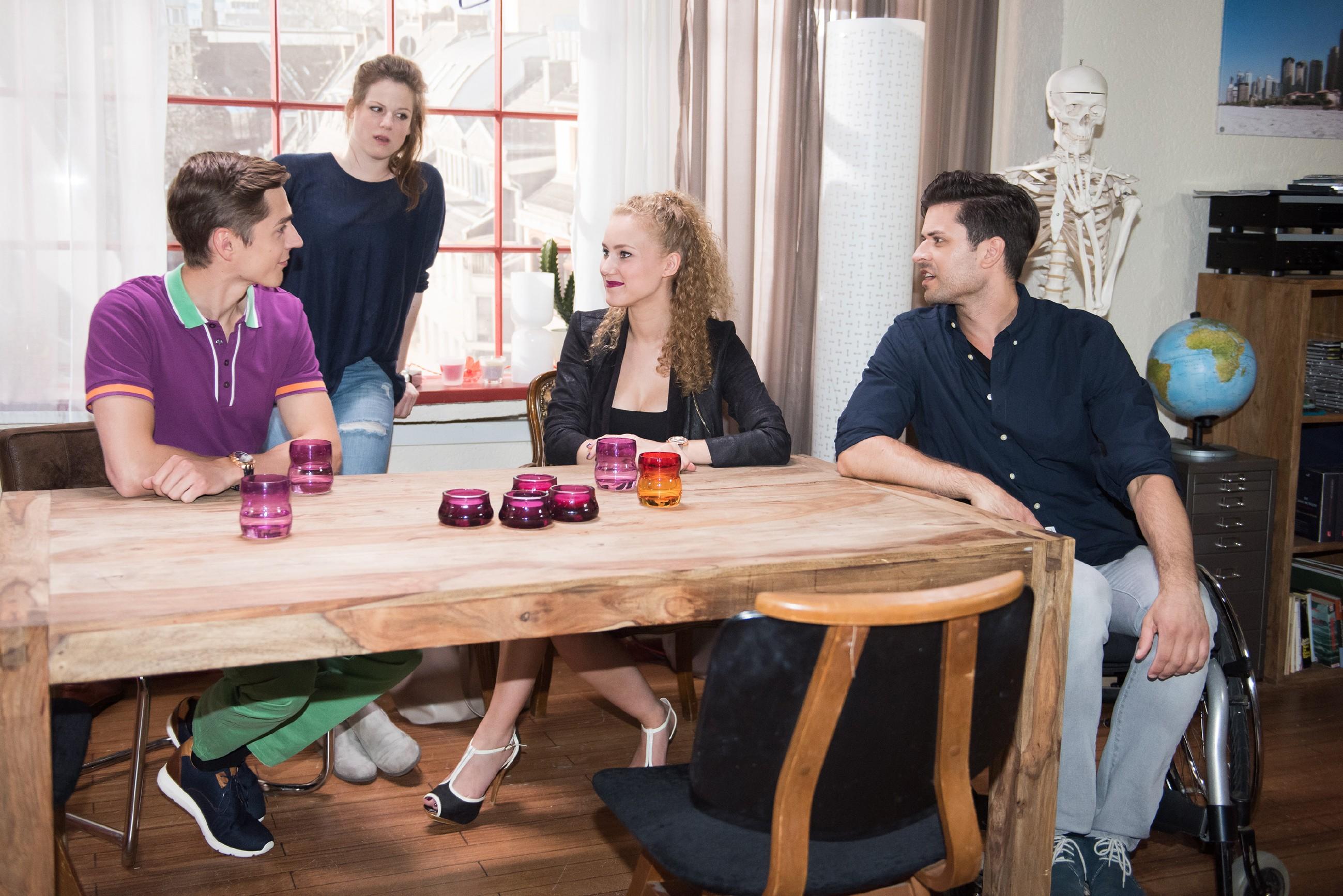 Elli (Nora Koppen, 2.v.l.) stellt irritiert fest, dass KayC (Pauline Angert), die sich angeregt mit Ringo (Timothy Boldt, l.) und Paco (Milos Vukovic) unterhält, auch ihre Lebensweise komplett verändert hat. (Quelle: RTL / Stefan Behrens)