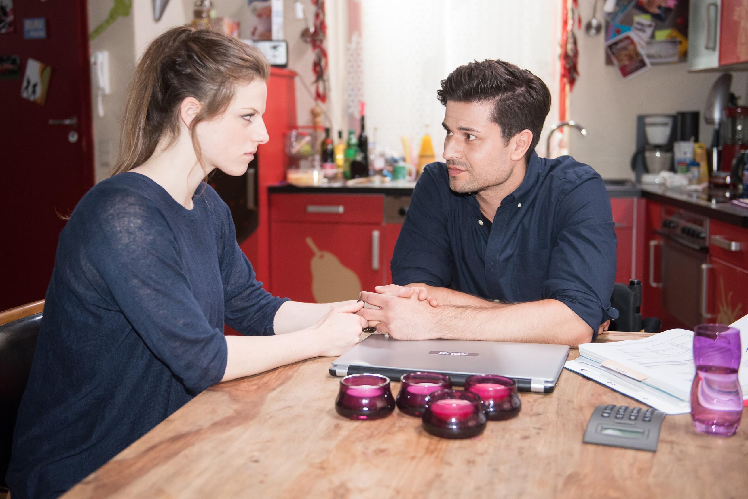 Elli (Nora Koppen) wird von Paco (Milos Vukovic) dazu ermutigt, ihre Cousine KayC, die sich offenbar nicht nur äußerlich verändert hat, neu kennenzulernen. (Quelle: RTL / Stefan Behrens)