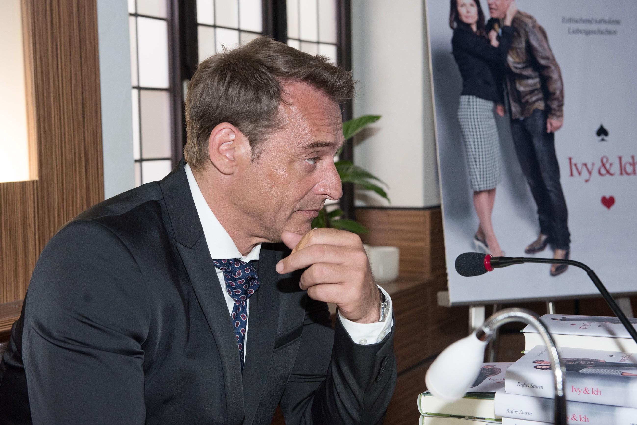 Rufus (Kai Noll) muss befürchten, dass sein Event durch Britta und Eva vollends zum Desaster wird. (Quelle: RTL / Stefan Behrens)