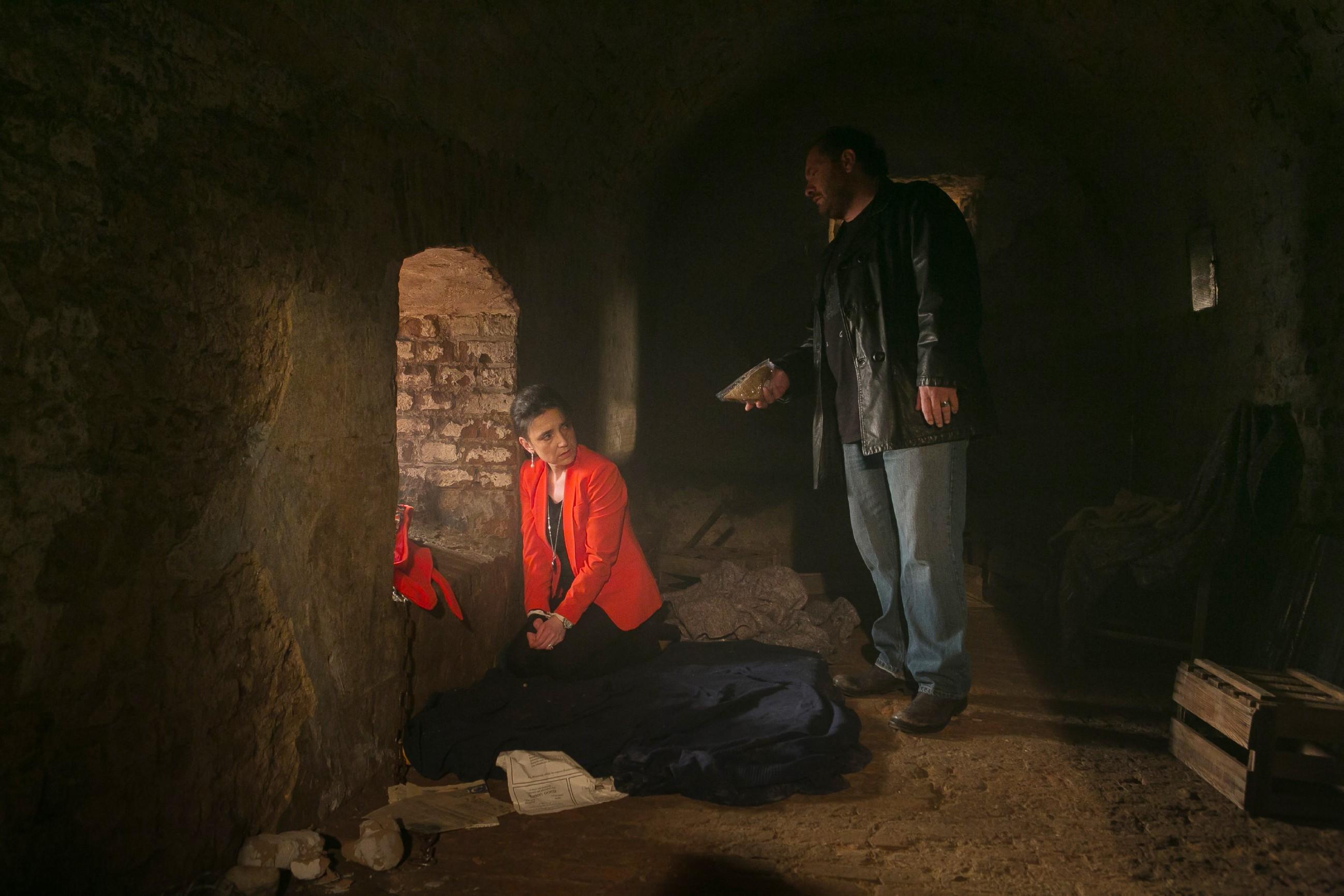 Die entführte Simone (Tatjana Clasing) weist das von ihrem Entführer Kerber (Marcus Jakovljevic) angebotene Sandwich konsequent zurück... (Quelle: RTL / Kai Schulz)