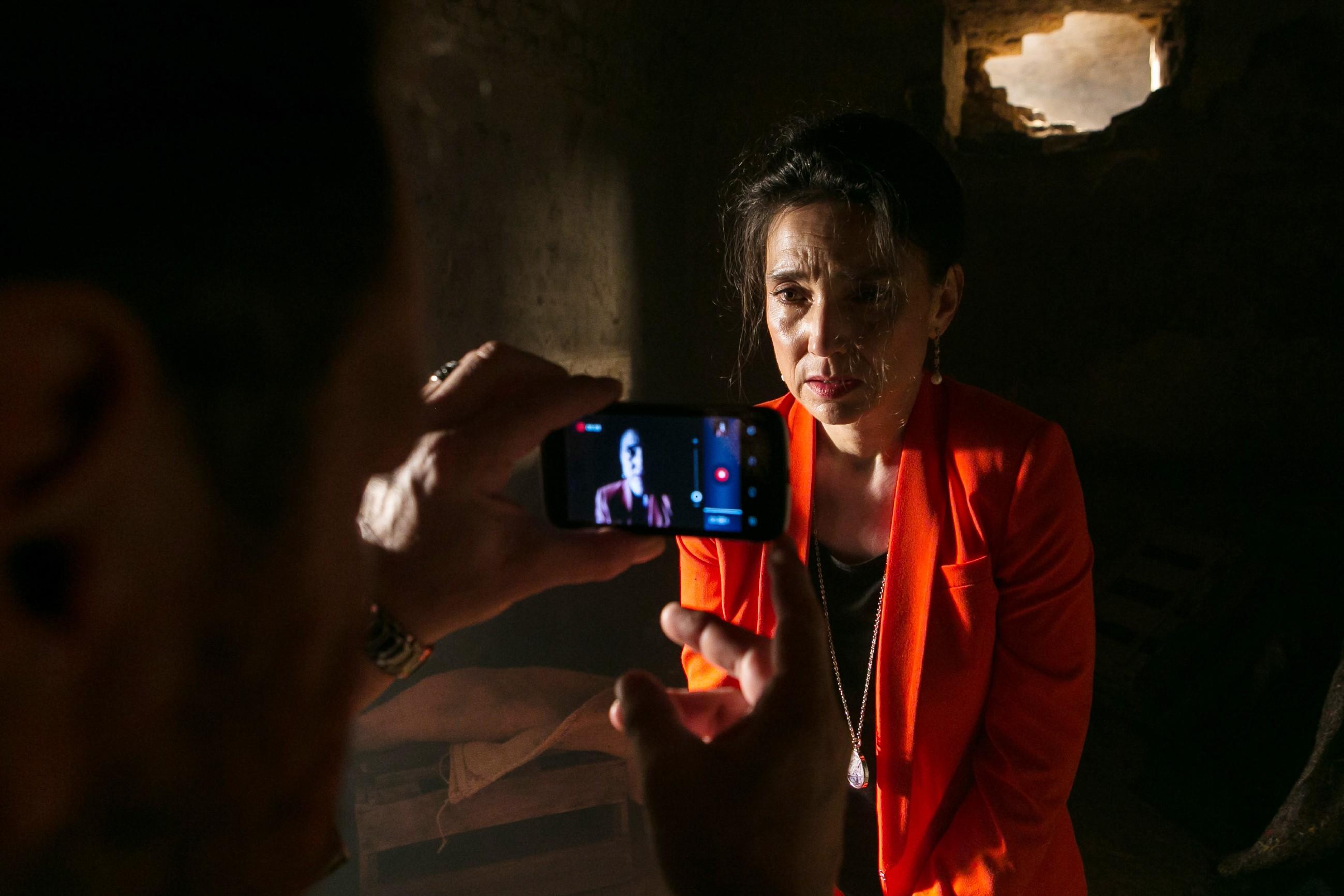 Kerber hat Simone (Tatjana Clasing) in einem Verlies in seiner Gewalt und dreht ein Handyvideo als Beweis... (Quelle: RTL / Kai Schulz)