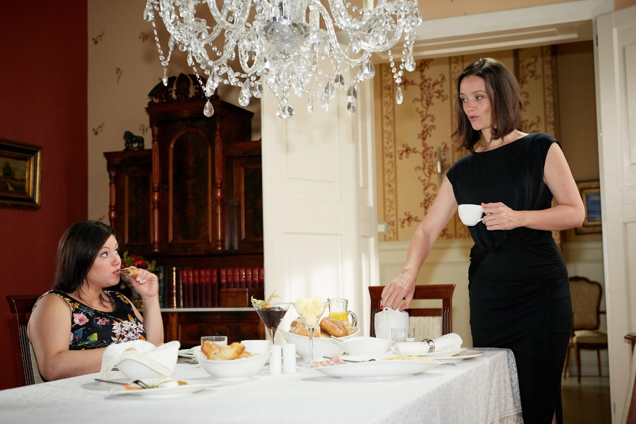Jenny (Kaja Schmidt-Tychsen, r.) kann Vanessa (Julia Augustin) in Sachen Deniz nichts vormachen. (Quelle: RTL / Guido Engels)