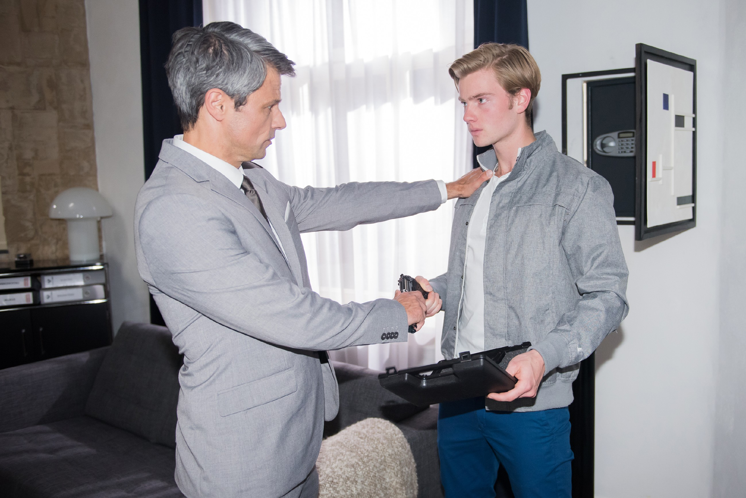 Als Valentin (Aaron Koszuta, r.) aus Angst vor Mario zu Benedikts (Jens Hajek) Waffe greift, wird er von seinem wütenden Vater erwischt. (Quelle: RTL / Stefan Behrens)