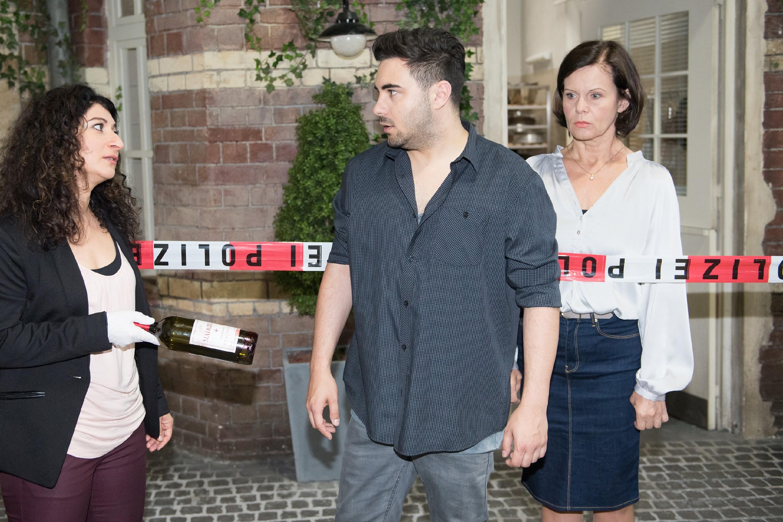 Irene (Petra Blossey, r.) bekommt mit, wie Easy (Lars Steinhöfel) durch die blutige Flasche mit Fionas Haaren in seinem Besitz von Kommissarin Yasemin Özer (Sermin Kayik) schwer belastet. (Quelle: RTL / Stefan Behrens)