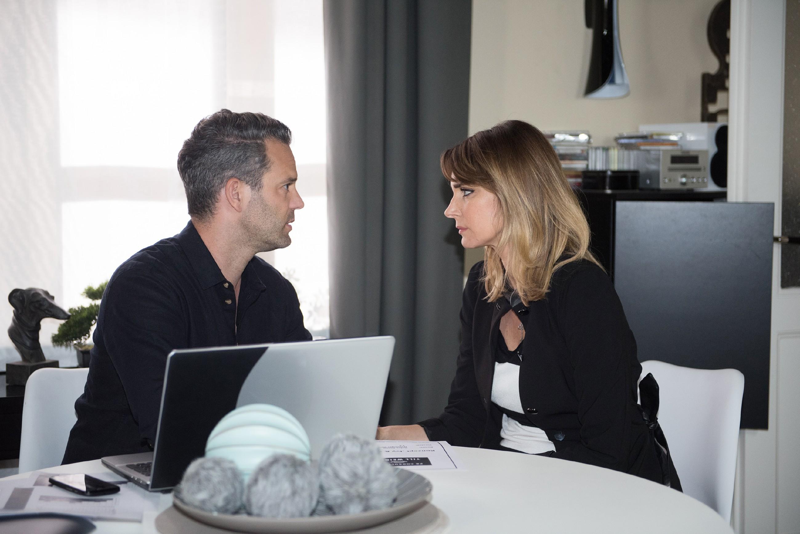 Von Verlustangst getrieben, klammert sich Eva (Claudelle Deckert) an Till (Ben Ruedinger). (Quelle: RTL / Stefan Behrens)
