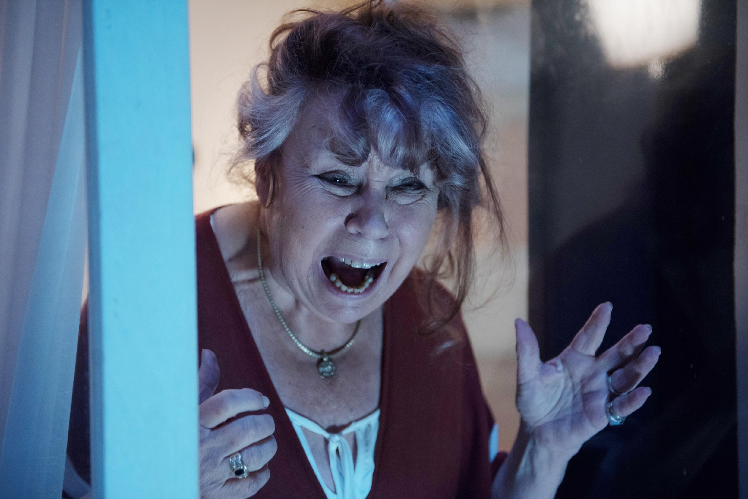 Roswitha (Andrea Brix) macht eine schreckliche Entdeckung, als sie Fiona leblos im Innenhof liegen sieht... (Quelle: RTL / Stefan Behrens)