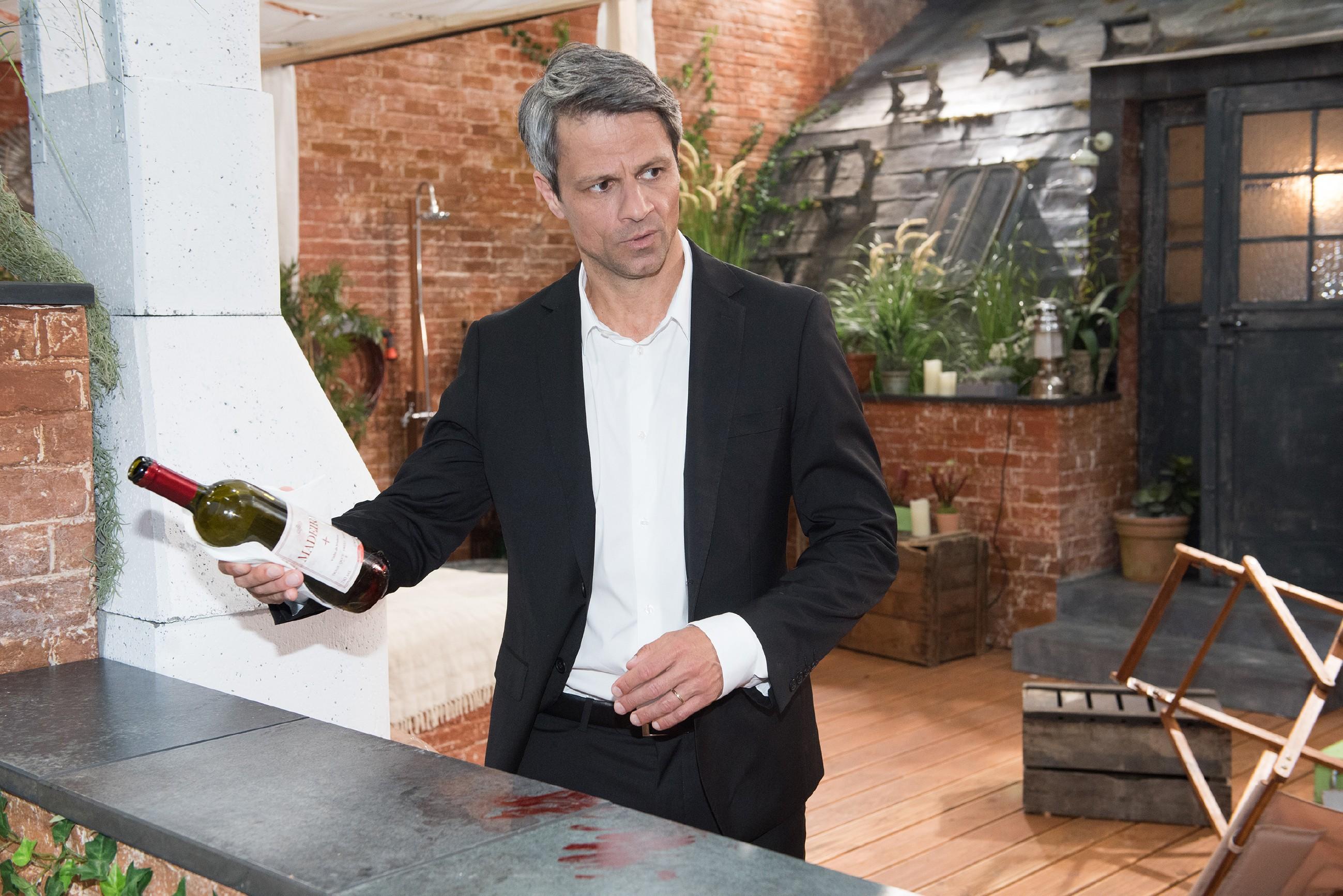 Benedikt (Jens Hajek) versucht panisch Beweise zu vernichten, die ihn mit Fionas Tod in Verbindung bringen könnten. (Quelle: RTL / Stefan Behrens)