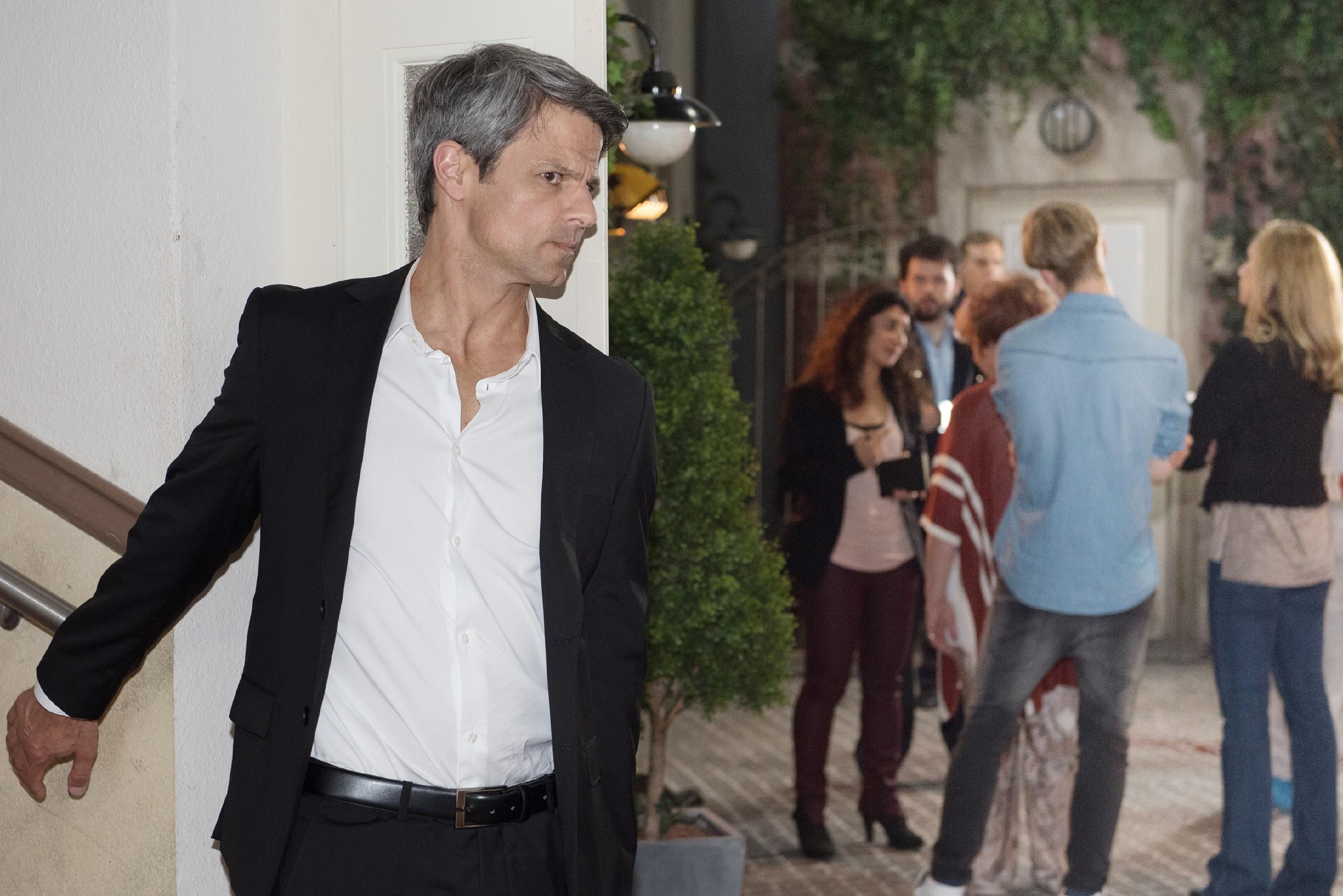 Benedikt (Jens Hajek) bekommt alarmiert mit, dass die Polizei bezüglich Fionas Tod Ermittlungen anstellt. (Quelle: RTL / Stefan Behrens)