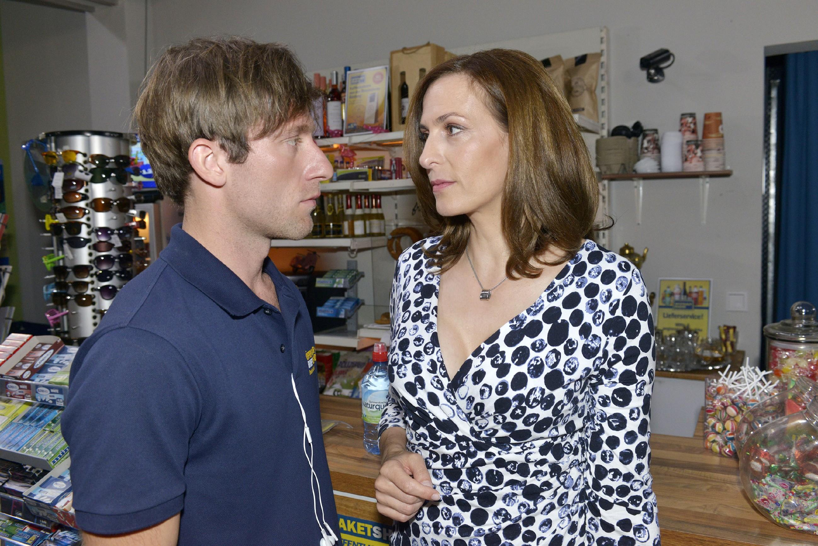 Katrin (Ulrike Frank) kann sich ihren wieder aufkeimenden Gefühlen für Bommel (Merlin Leonhardt) nicht wirklich erwehren... (Quelle: RTL / Rolf Baumgartner)