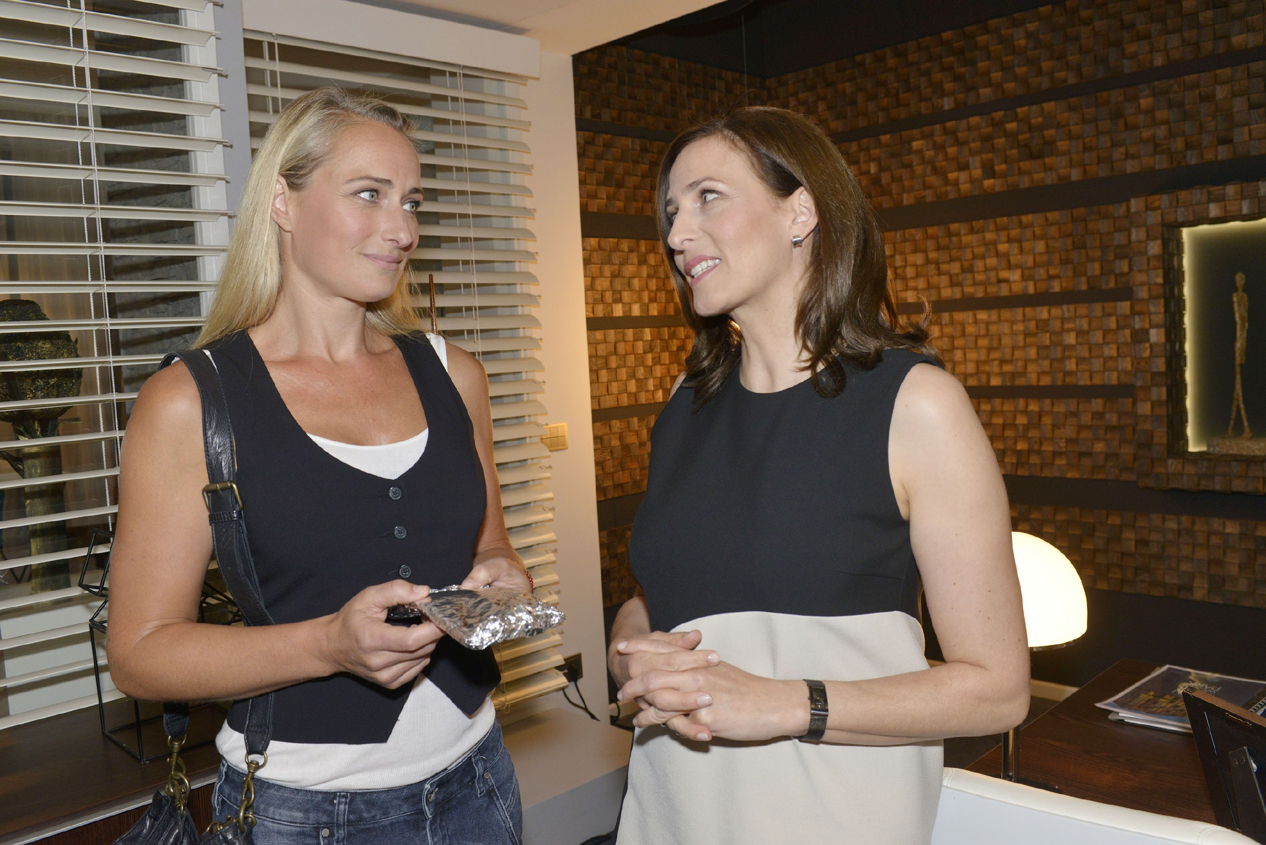 Katrin (Ulrike Frank) erklärt der zweifelnden Maren (Eva Mona Rodekirchen), dass sie ihr Gefühle für Bommel im Griff hat. (Quelle: RTL / Rolf Baumgartner)