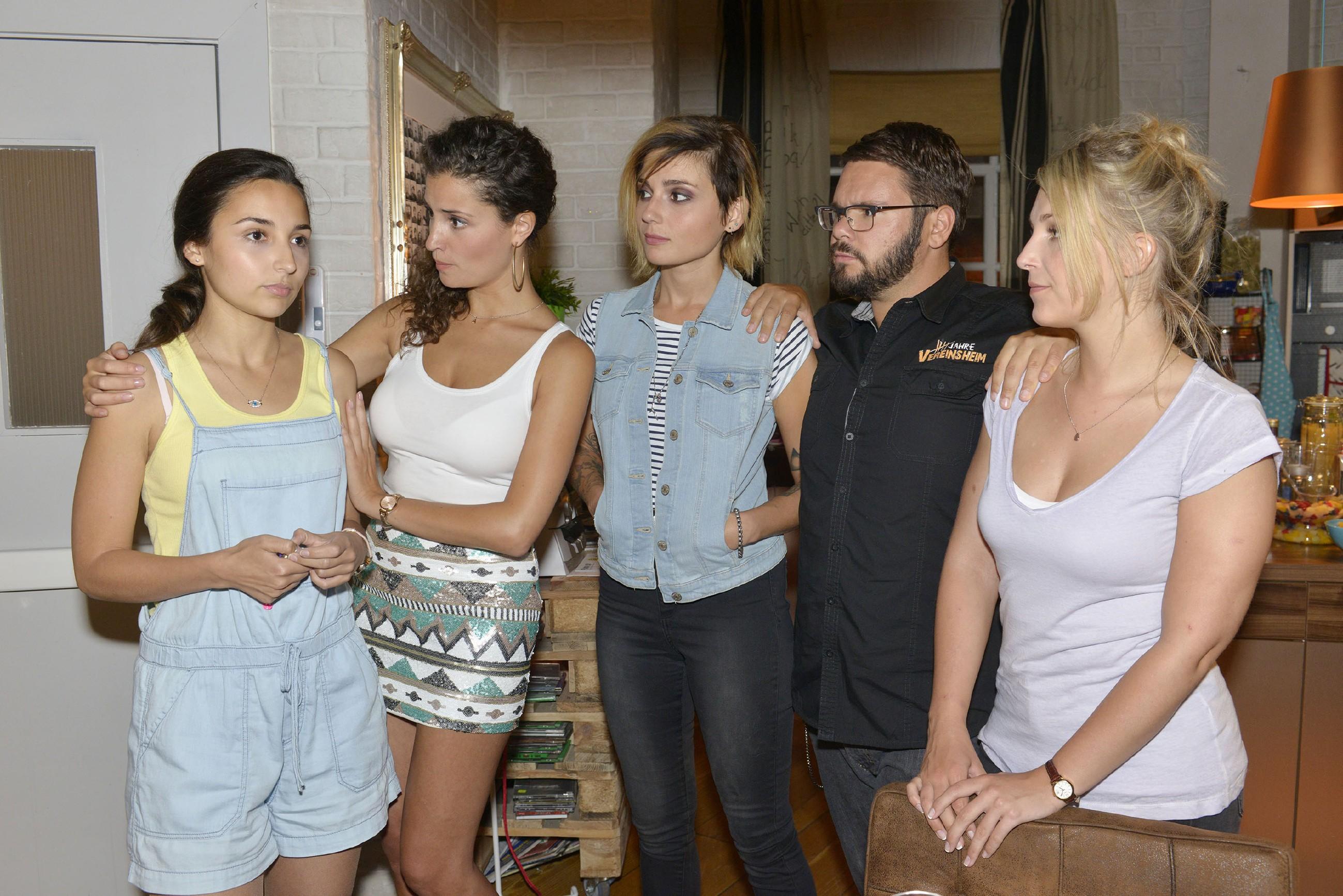 V.l.: Selma (Rona Özkan) teilt Ayla (Nadine Menz), Anni (Linda Marlen Runge), Tuner (Thomas Drechsel) und Lilly (Iris Mareike Steen) mit, dass sie wieder zu ihren Eltern nach Freising zurückgehen will. (Quelle: RTL / Rolf Baumgartner)