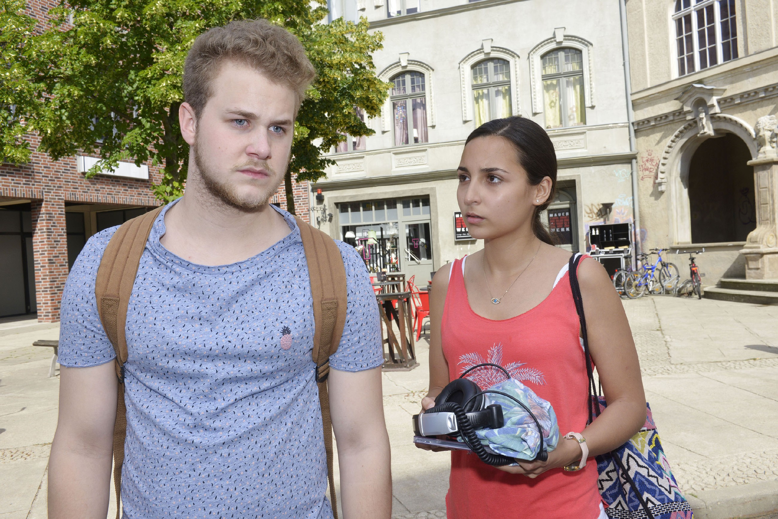 Selmas (Rona Özkan) Versuch, sich von Jonas (Felix van Deventer) friedlich zu verabschieden, geht nach hinten los... (Quelle: RTL / Rolf Baumgartner)