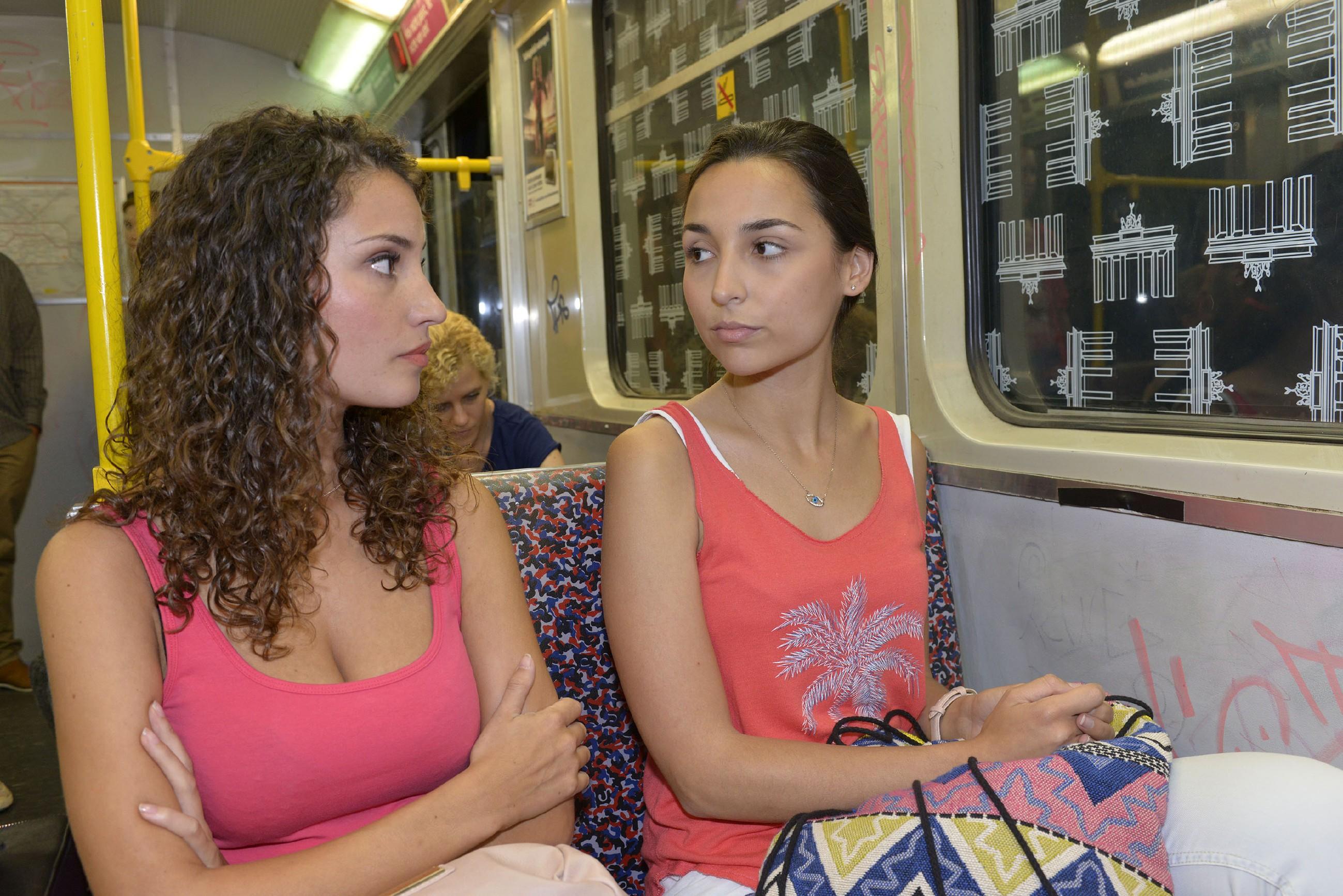 Ayla (Nadine Menz, l.) erkennt, dass es für Selma (Rona Özkan) keinen Weg zurück gibt: sie wird Berlin verlassen. (Quelle: RTL / Rolf Baumgartner)