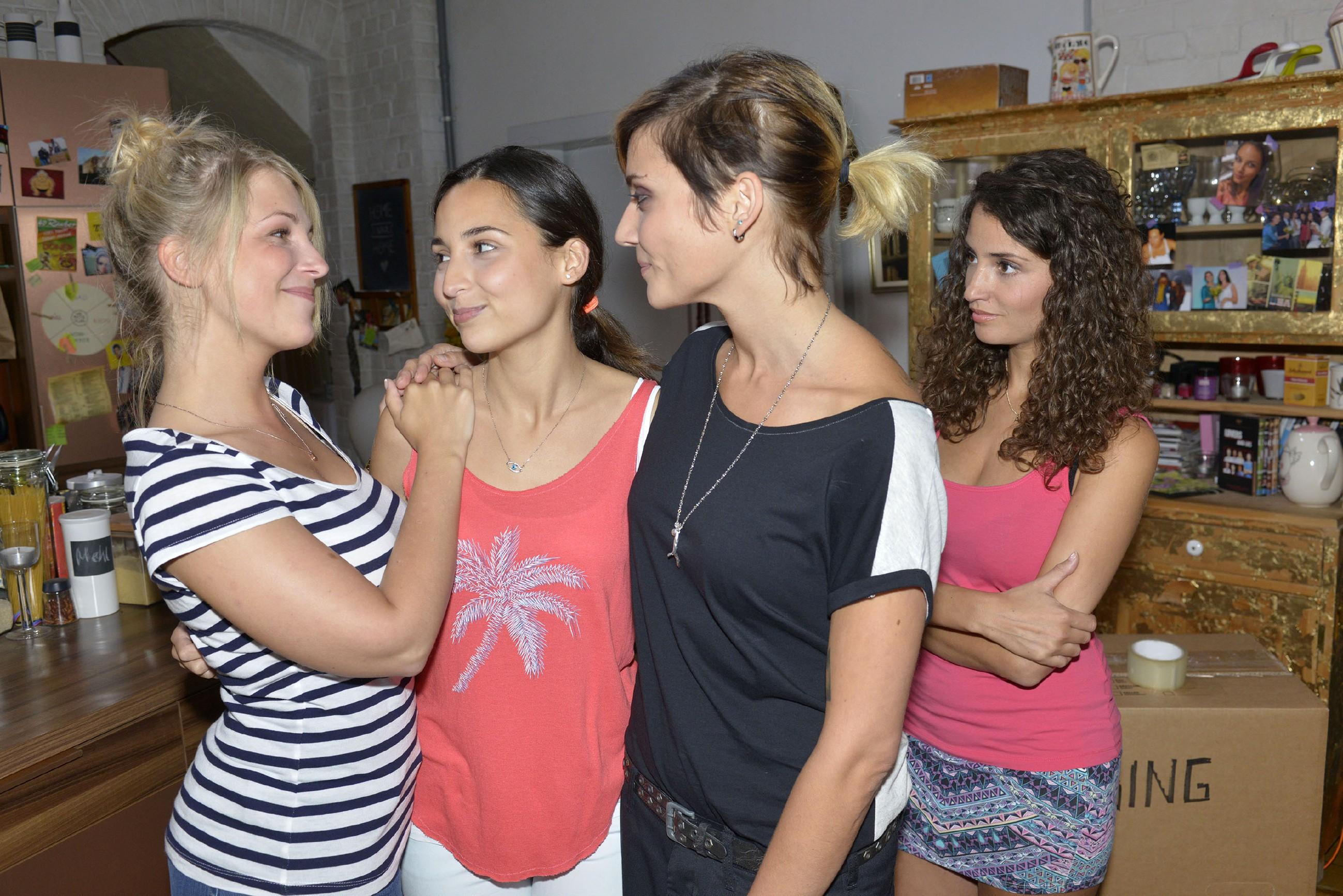 Selma (Rona Özkan, 2.v.l.) nimmt wehmütig Abschied von Ayla (Nadine Menz, r.) und ihren Freundinnen Lilly (Iris Mareike Steen, l.) und Anni (Linda Marlen Runge). (Quelle: RTL / Rolf Baumgartner)