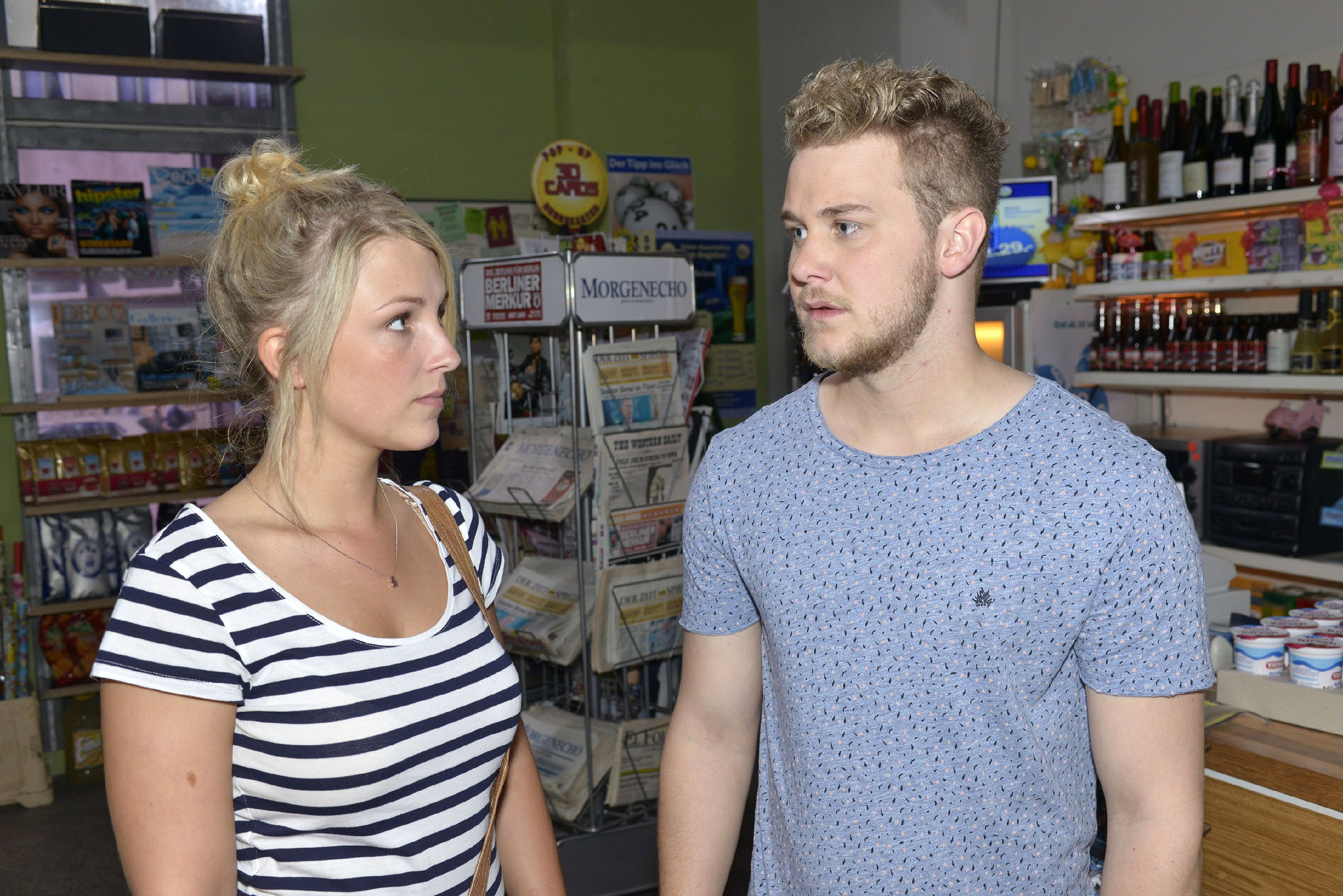 Jonas (Felix van Deventer) erfährt von Lilly (Iris Mareike Steen), dass Selma die Stadt für immer verlassen will. (Quelle: RTL / Rolf Baumgartner)