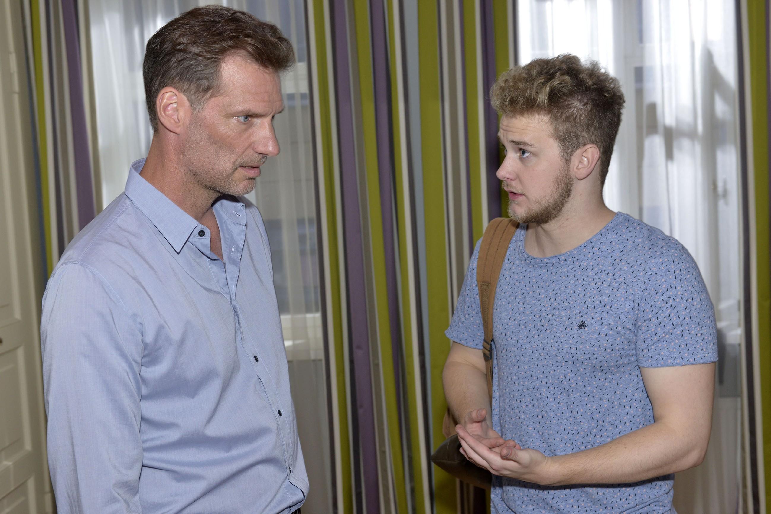 Alexander (Clemens Löhr, l.) versucht zu verhindern, dass Jonas (Felix van Deventer), der ist nicht mehr geschafft hat, sich vernünftig von Selma zu verabschieden, nach ihr sucht. (Quelle: RTL / Rolf Baumgartner)