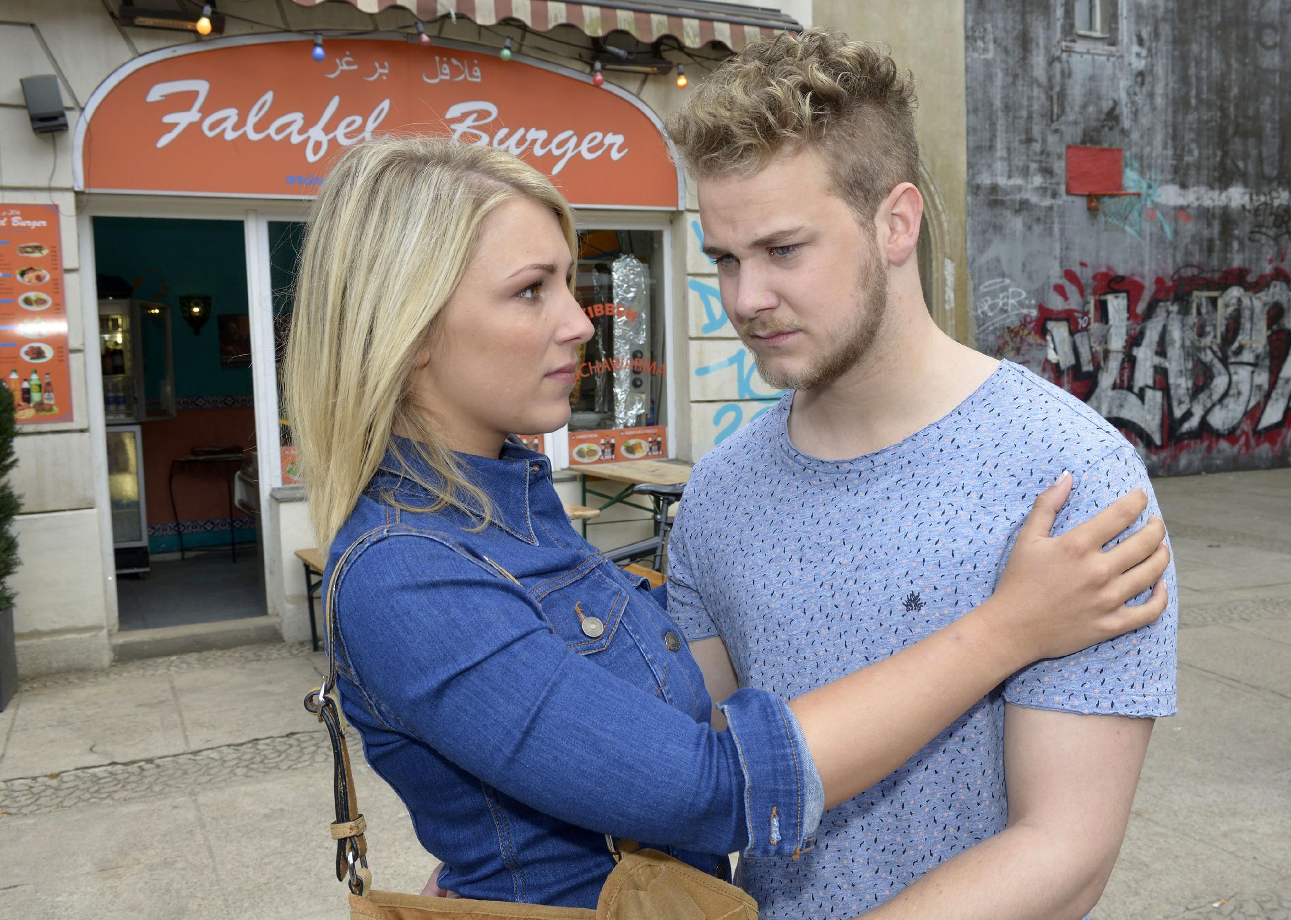 Lilly (Iris Mareike Steen) versucht Jonas (Felix van Deventer) zu trösten, der nun damit leben muss, die Beziehung mit Selma in den Sand gesetzt zu haben. (Quelle: RTL / Rolf Baumgartner)