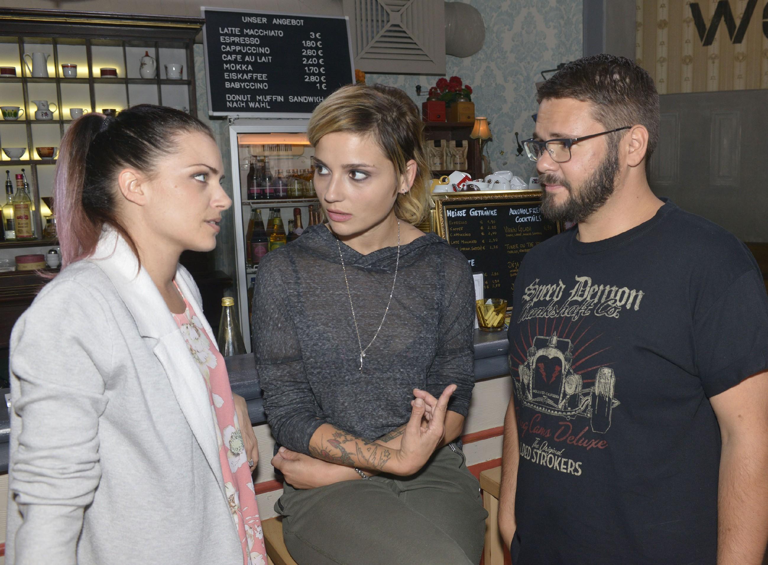 Aus Selbstschutz vor ihren Gefühlen für Bommel entschließt sich Katrin (Ulrike Frank), Gerners (Wolfgang Bahro) Heiratsantrag doch anzunehmen... (Quelle: RTL / Rolf Baumgartner)