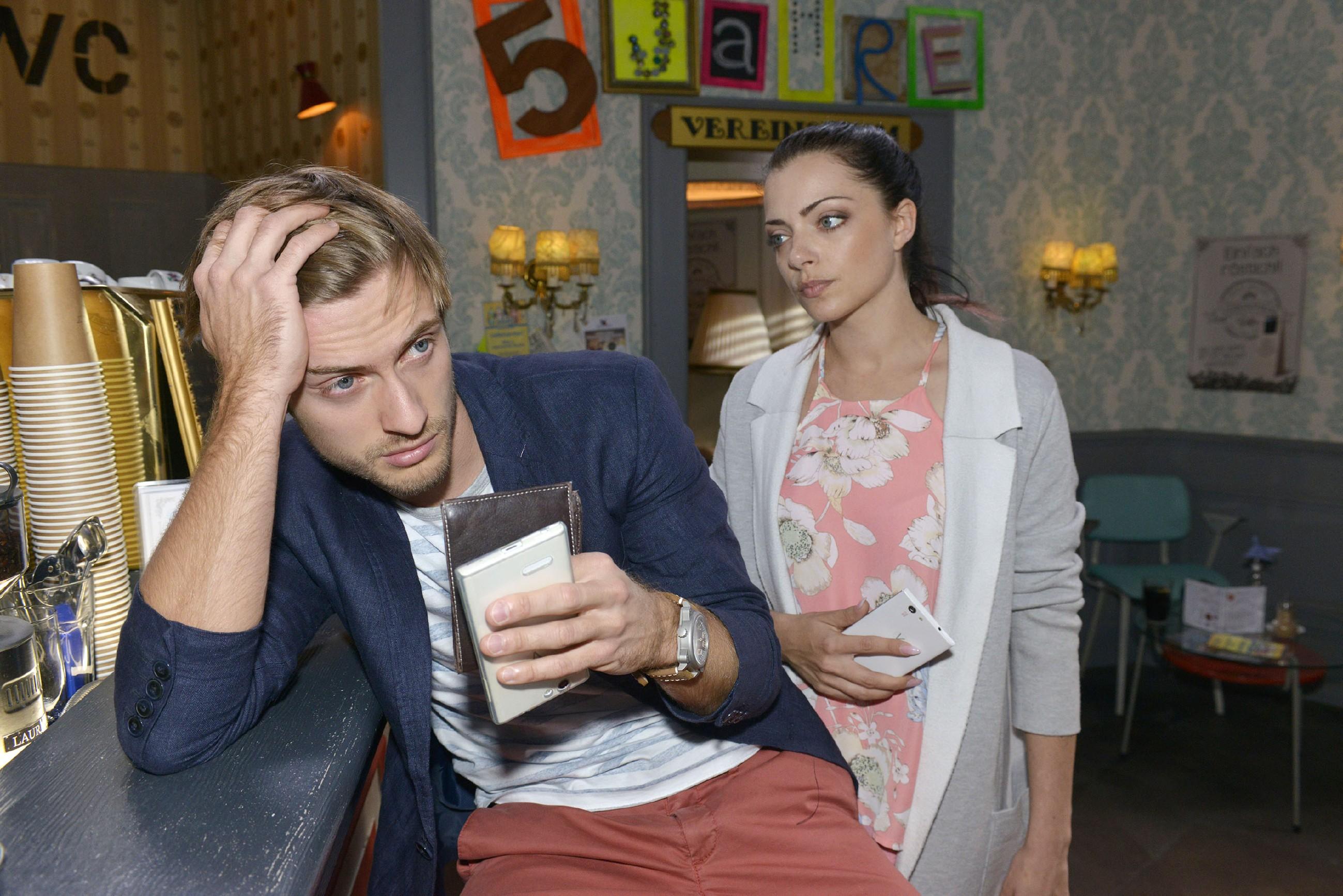 Emily (Anne Menden) hat Mitleid mit Philip (Jörn Schlönvoigt), der momentan wirklich eine Pechsträhne zu haben scheint. (Quelle: RTL / Rolf Baumgartner)