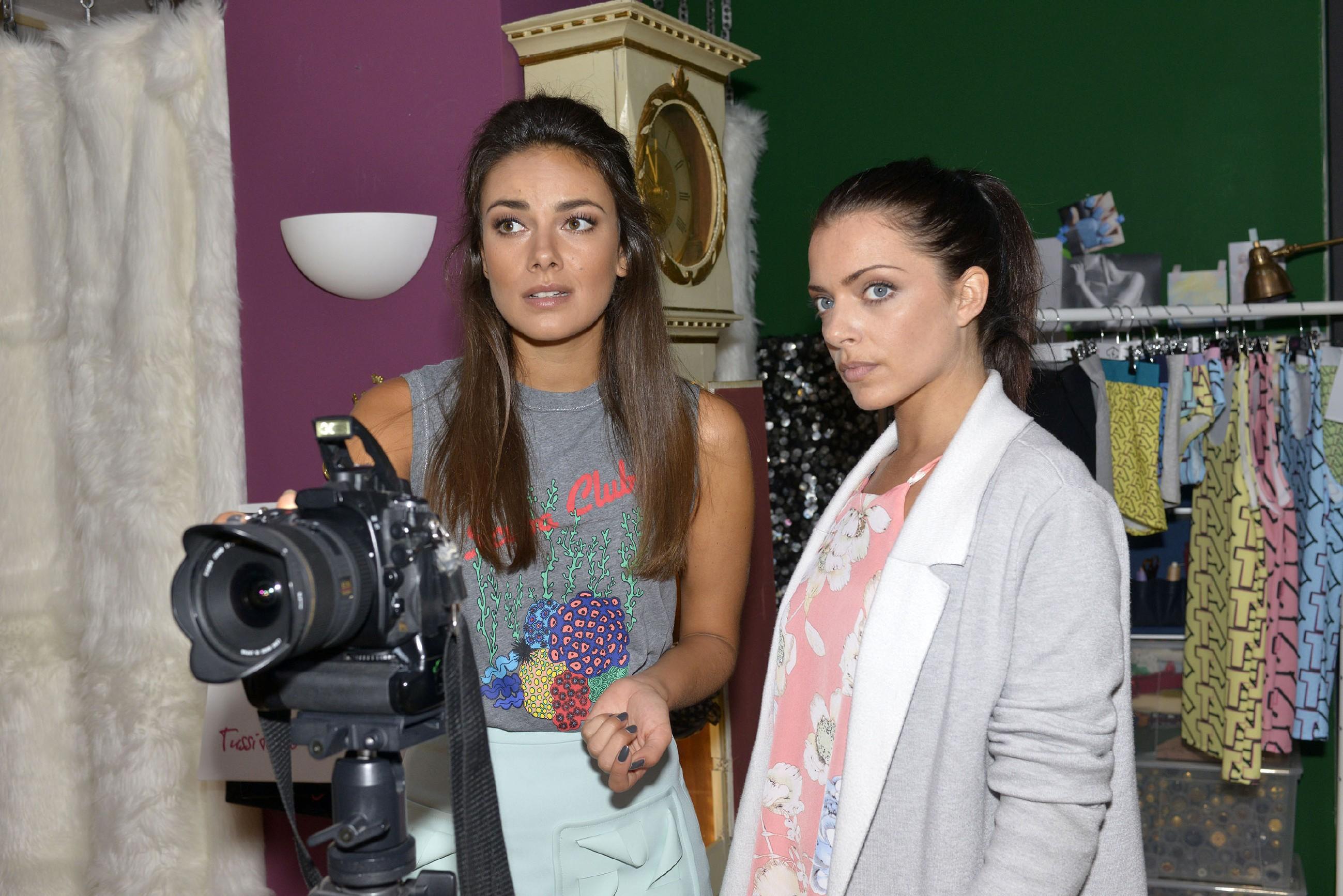 Im Gegensatz zu Jasmin (Janina Uhse, l.) zweifelt Emily (Anne Menden) an der Professionalität von ihrem neuen Model Milo. (Quelle: RTL / Rolf Baumgartner)