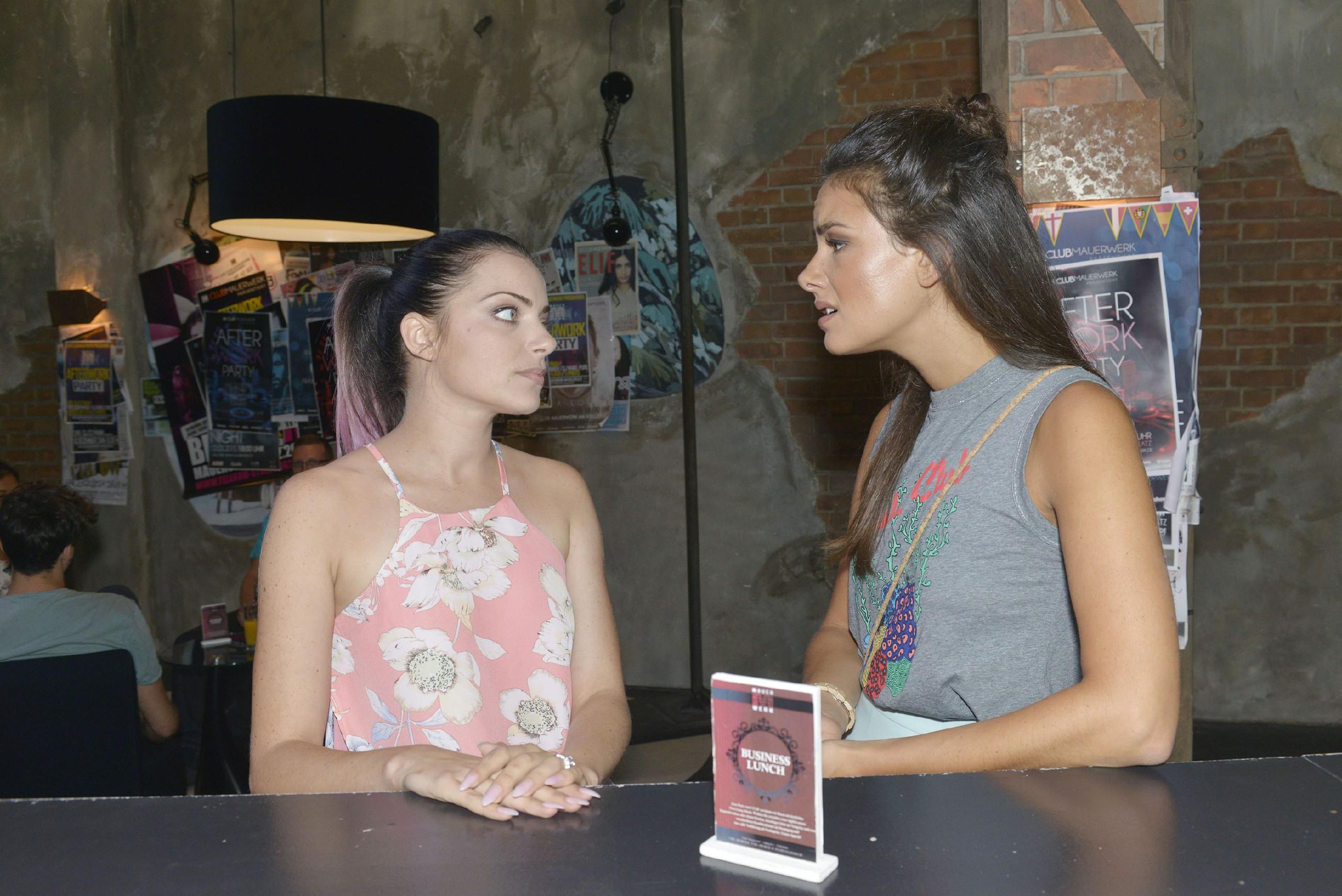 Jasmin (Janina Uhse, r.) versucht Emily (Anne Menden) davon zu überzeugen, Milo noch eine Chance zu geben - sonst steht Tussi Attack wieder ohne männliches Model da. (Quelle: RTL / Rolf Baumgartner)