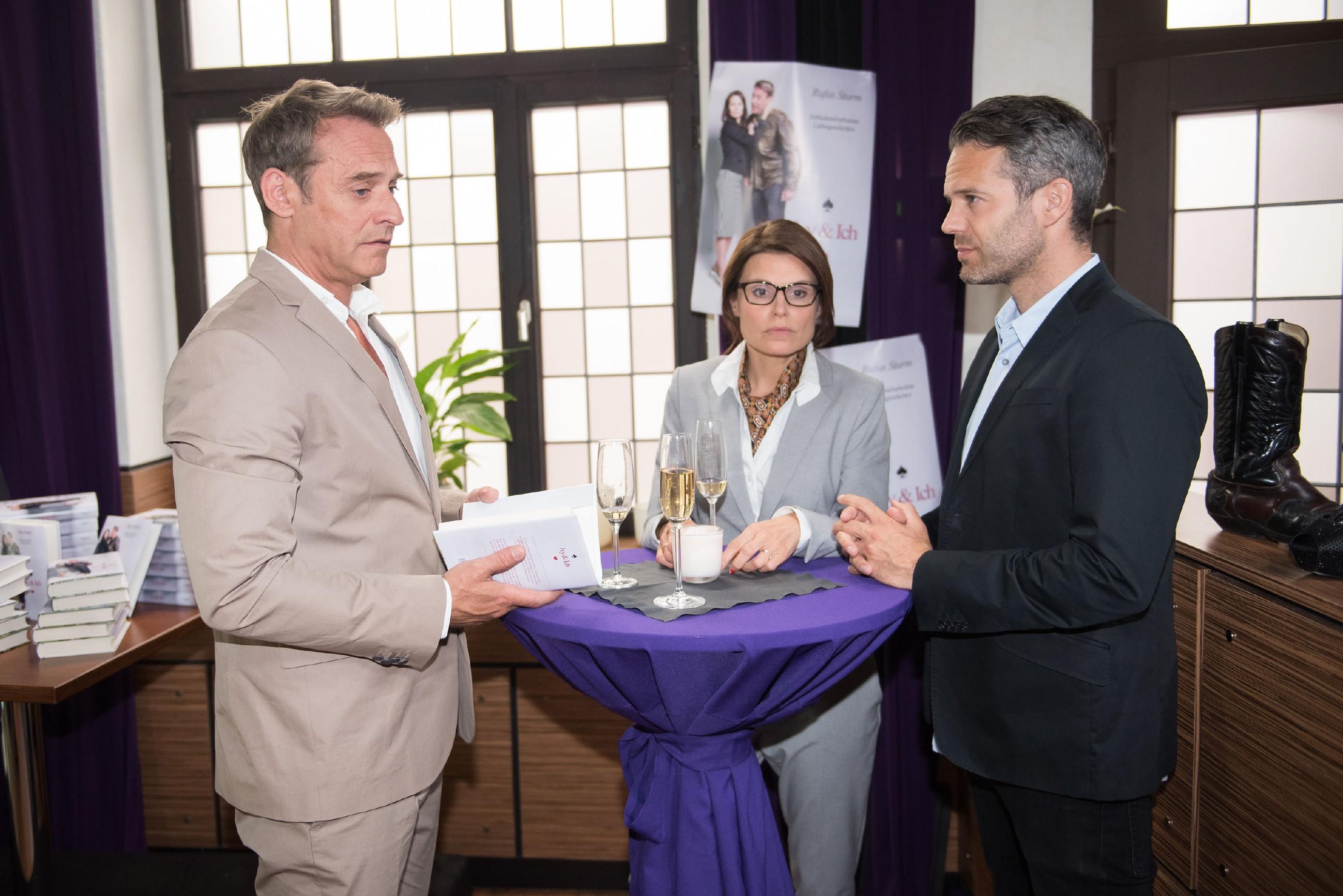 Rufus (Kai Noll, l.), Britta (Tabea Heynig) und Till (Ben Ruedinger) erkennen betreten, dass Rufus' und Brittas kleiner Krieg Kreise gezogen hat. (Quelle: Foto: RTL / Stefan Behrens)