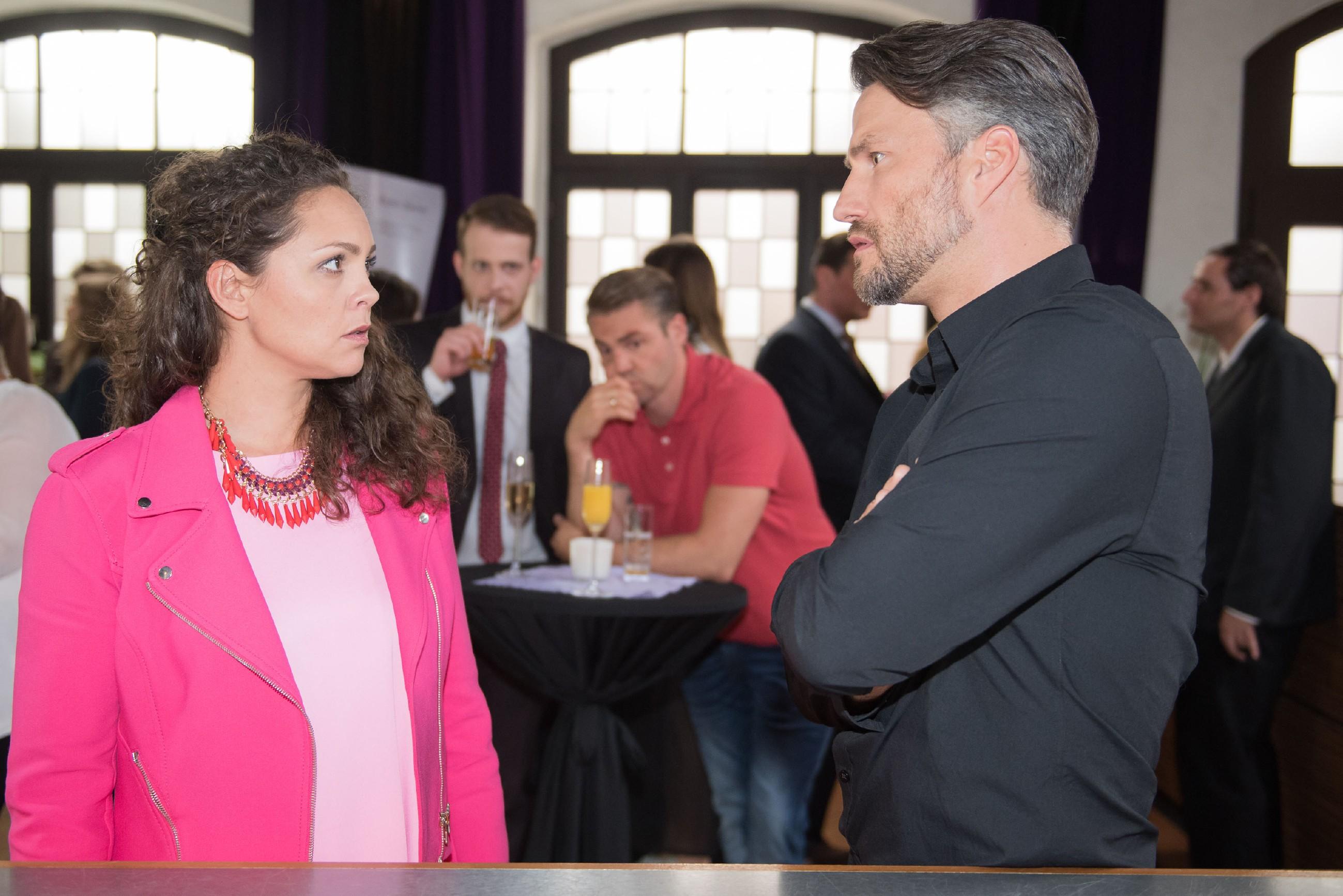 Caros (Ines Kurenbach) fast perfekter Auftritt verfehlt durch Tobias (Patrick Müller, hinten l.) Anwesenheit bei Malte (Stefan Bockelmann, r.) die erhoffte Wirkung. (Quelle: Foto: RTL / Stefan Behrens)