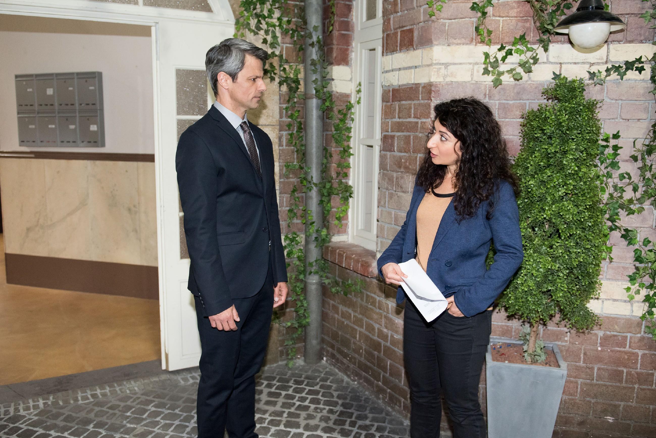 Benedikt (Jens Hajek) kann nicht verhindern, dass er von Kommissarin Özer (Sermin Kayik) mit zum Verhör genommen wird. (Quelle: Foto: RTL / Stefan Behrens)