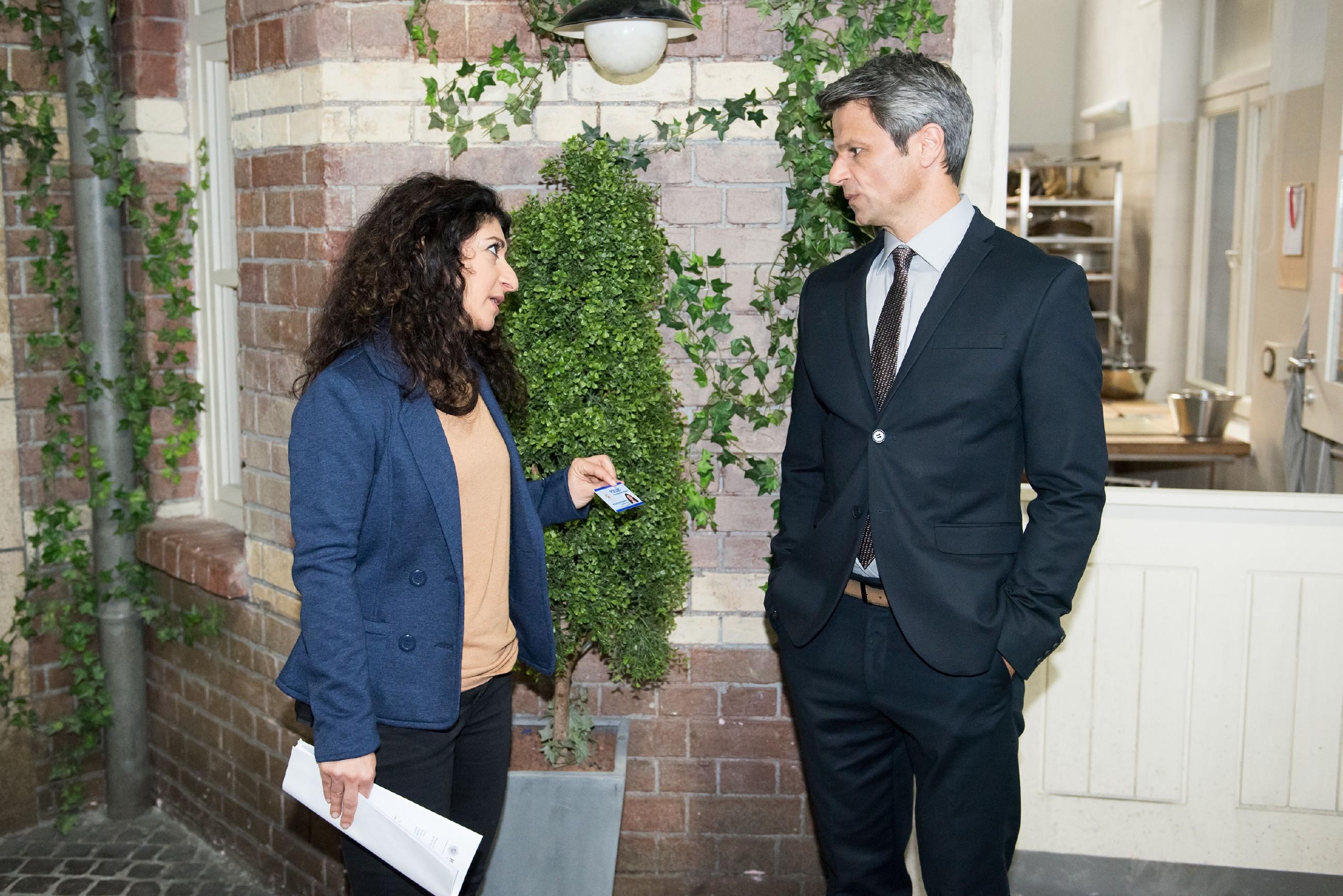 Benedikt (Jens Hajek) gerät unter Druck, als Kommissarin Özer (Sermin Kayik) ihn verdächtigt, eine Affäre mit Fiona gehabt zu haben. (Quelle: Foto: RTL / Stefan Behrens)