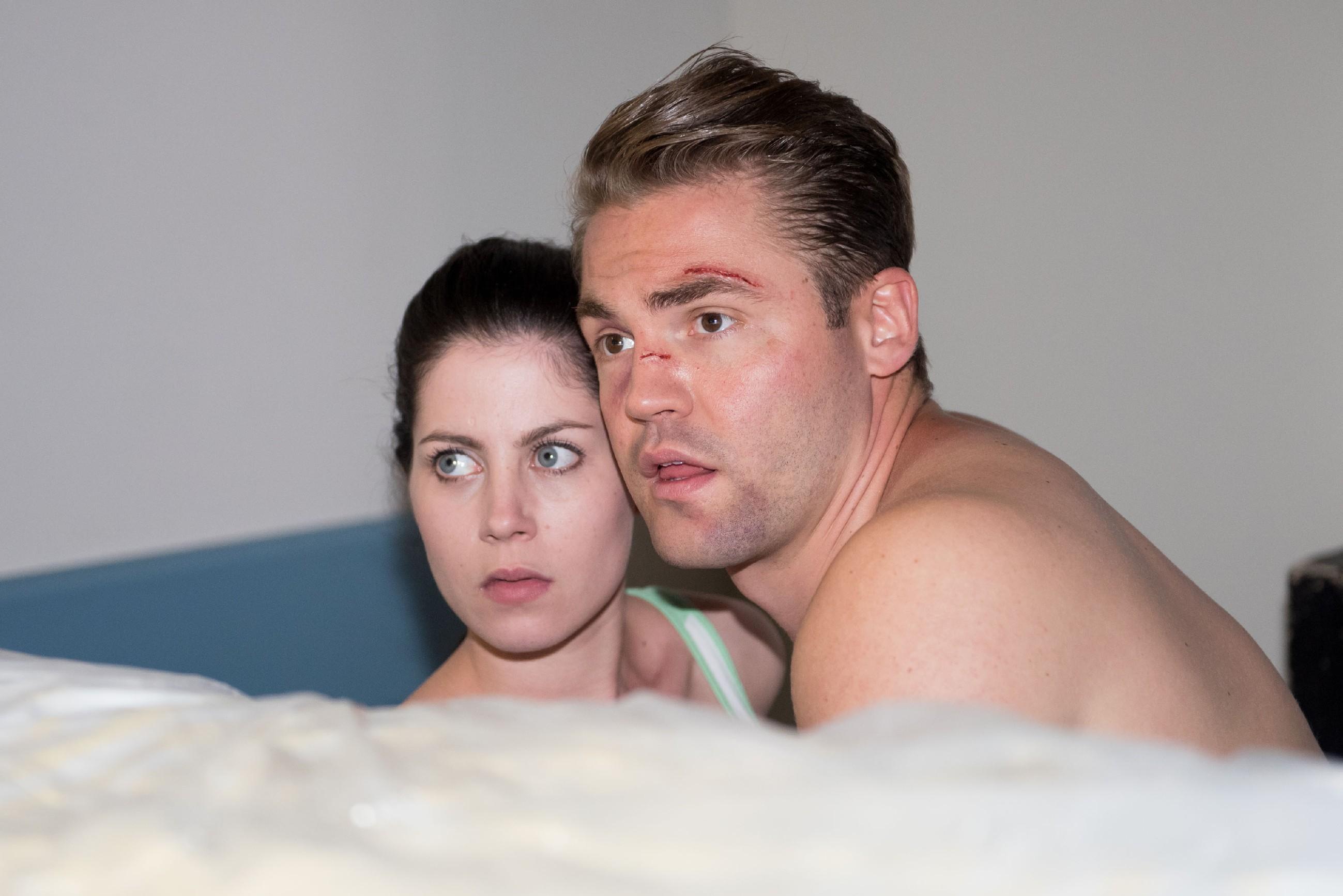 Sina (Valea Katharina Scalabrino) muss befürchten, dass Prof. Dr. Hütte sie und Bambi (Benjamin Heinrich) bei einem Stelldichein im Krankenhaus entdeckt hat... (Quelle: Foto: RTL / Stefan Behrens)