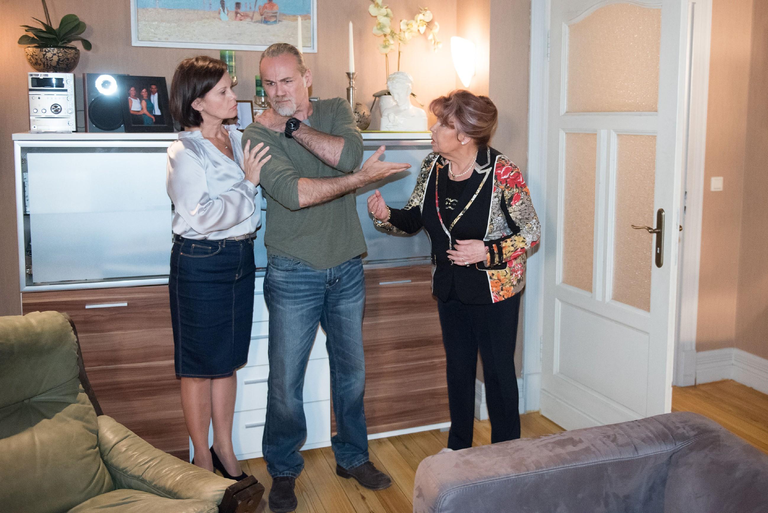 Roswitha (Andrea Brix, r.) inszeniert sich auch nach dem Angriff auf Robert (Luca Maric) vor ihm und Irene (Petra Blossey) weiterhin als gefährdetes Opfer. (Quelle: Foto: RTL / Stefan Behrens)